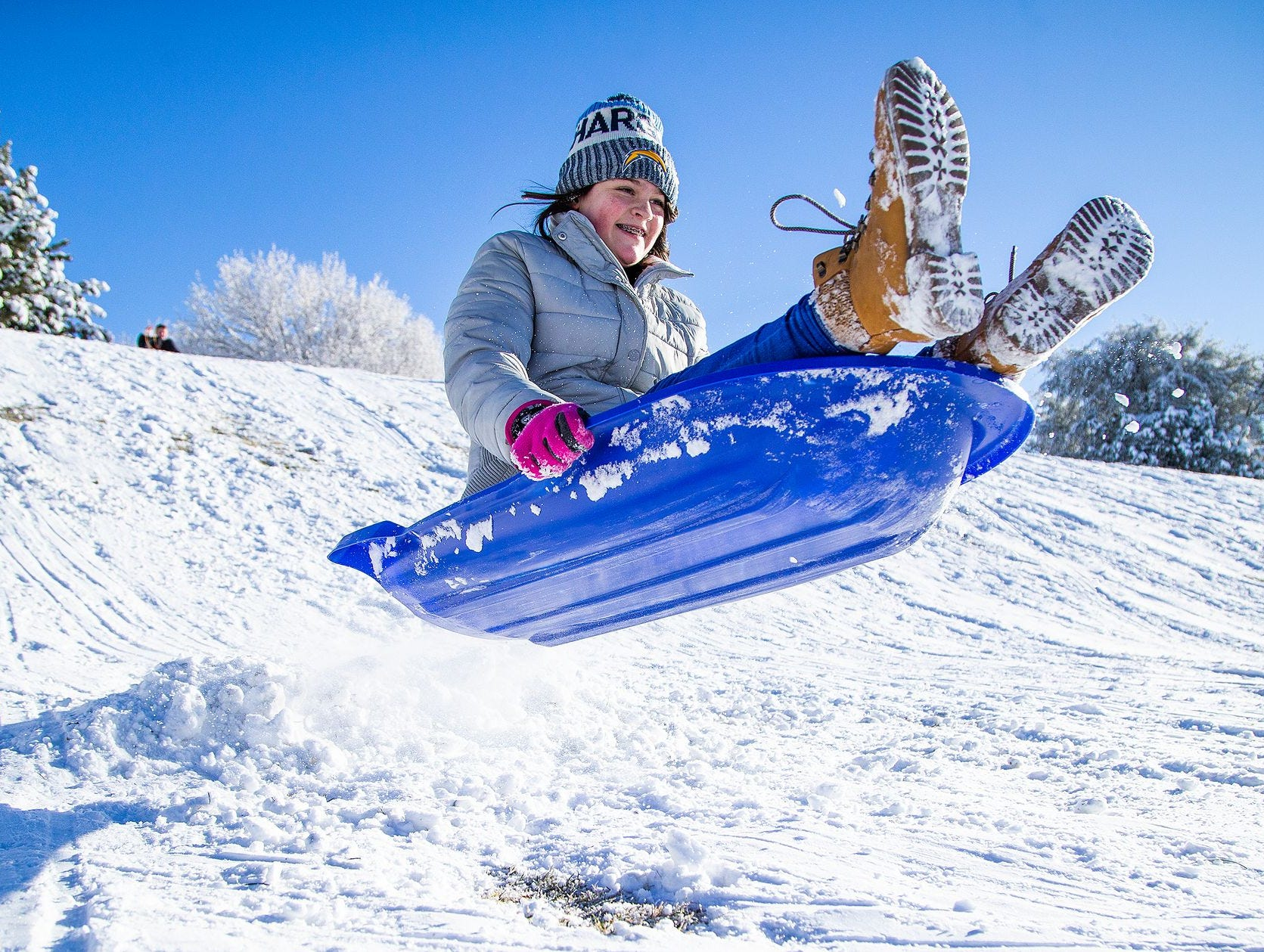 Charleigh Lewis, de 12 años,  vuela de un salto mientras disfruta de la nevada en Green Valley Park en Payson el 1 de enero de 2019.
