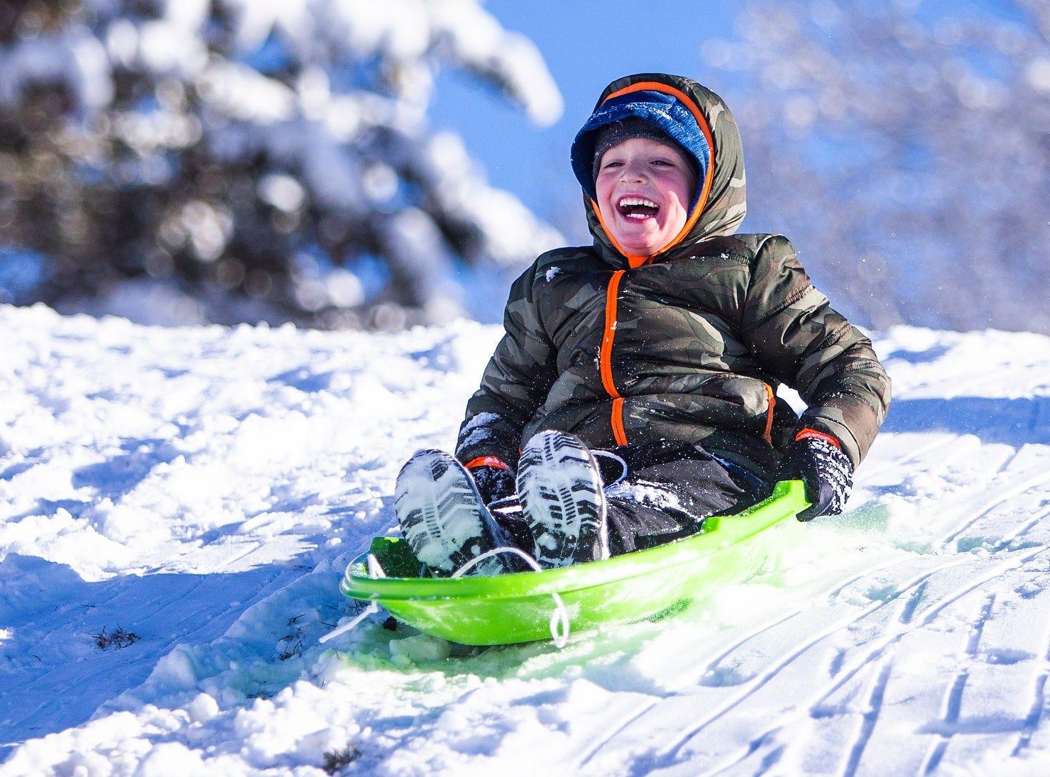 Sawyer Fagerud, de 5 años, sonríe mientras se desliza cuesta abajo en Green Valley Park en Payson el 1 de enero de 2019.