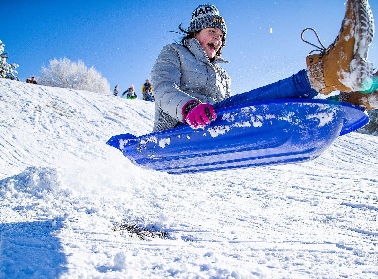 Charleigh Lewis, de 12 años, vuela de un salto mientras disfruta de la nevada fresca en Green Valley Park en Payson el 1 de enero de 2019.