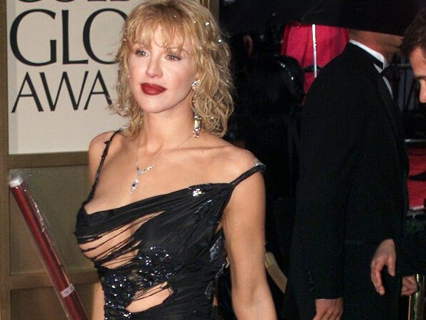 January 23, 2000 -- Los Angeles -- Golden Globes --Courtney Love arrives at the 57 Annual Golden Globes. ORG XMIT: COURTNEY100
