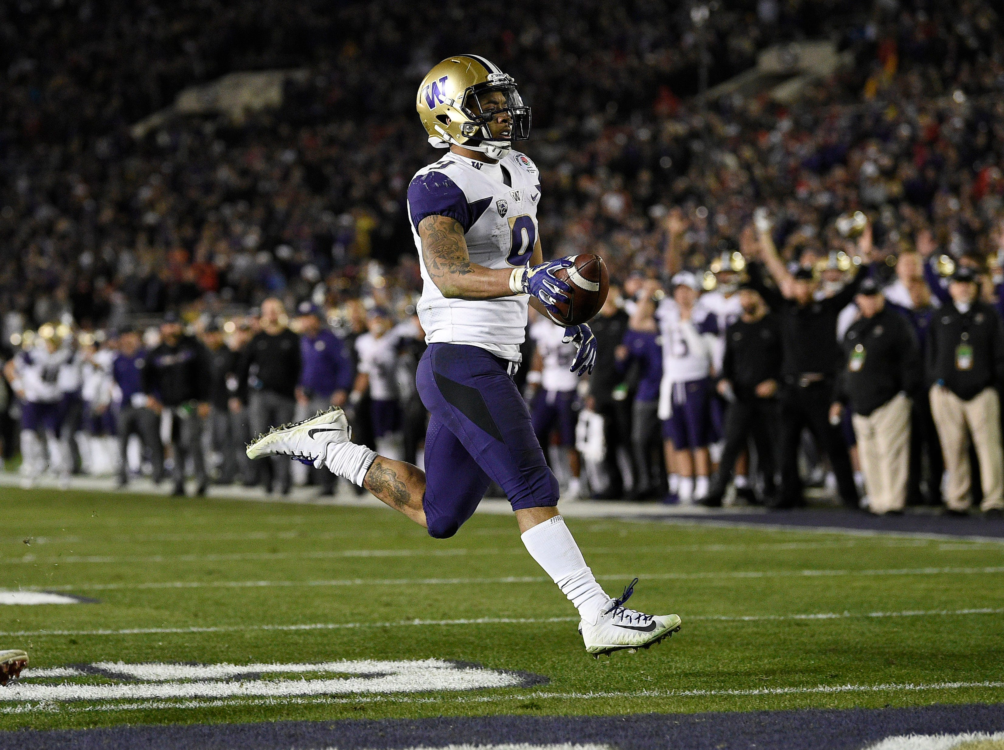 Washington Huskies running back Myles Gaskin (9) runs in a touchdown against the Ohio State Buckeyes in the fourth quarter in the Rose Bowl.