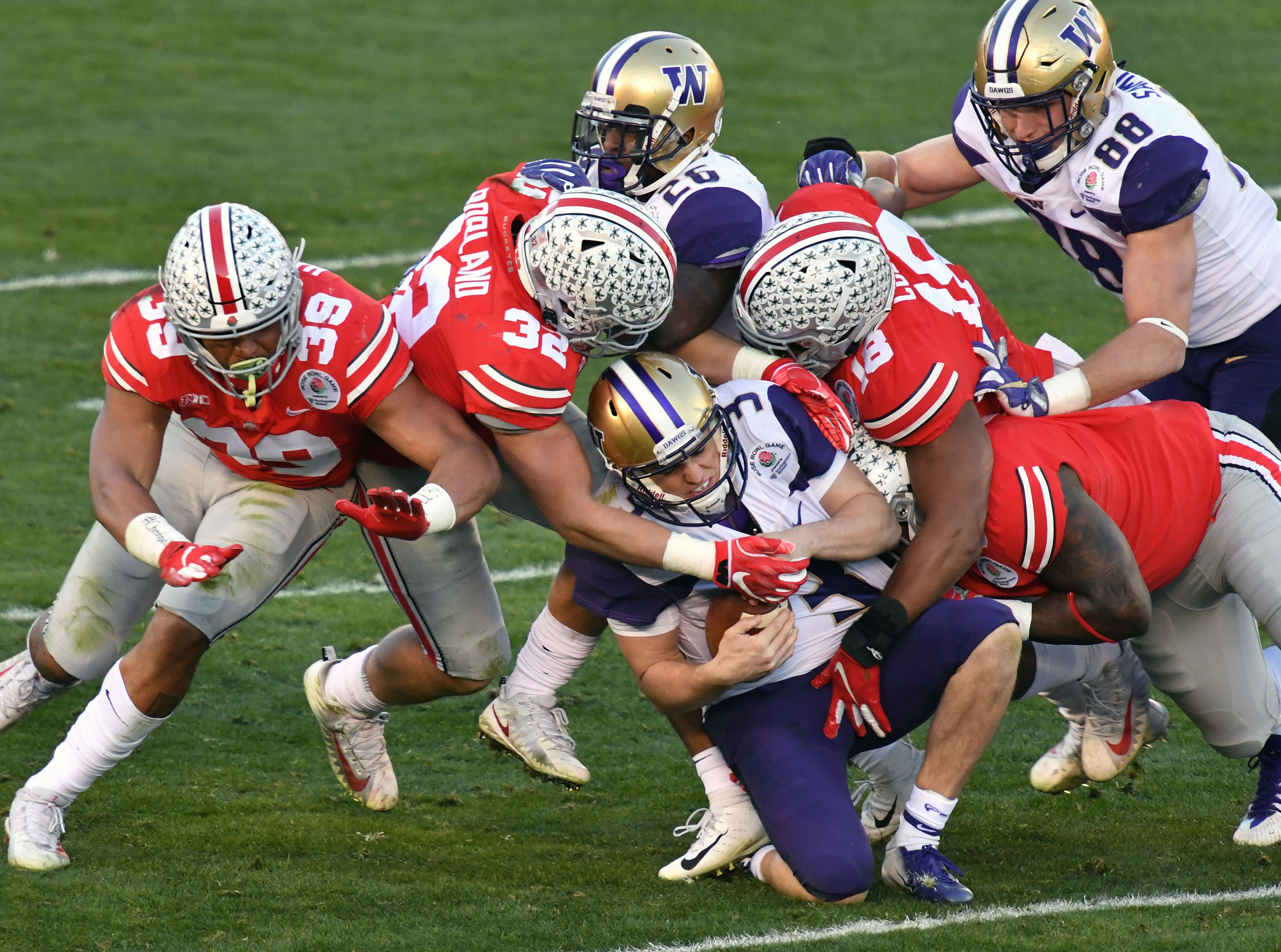 The Ohio State Buckeyes sack Washington Huskies quarterback Jake Browning (3) in the third quarter in the Rose Bowl.