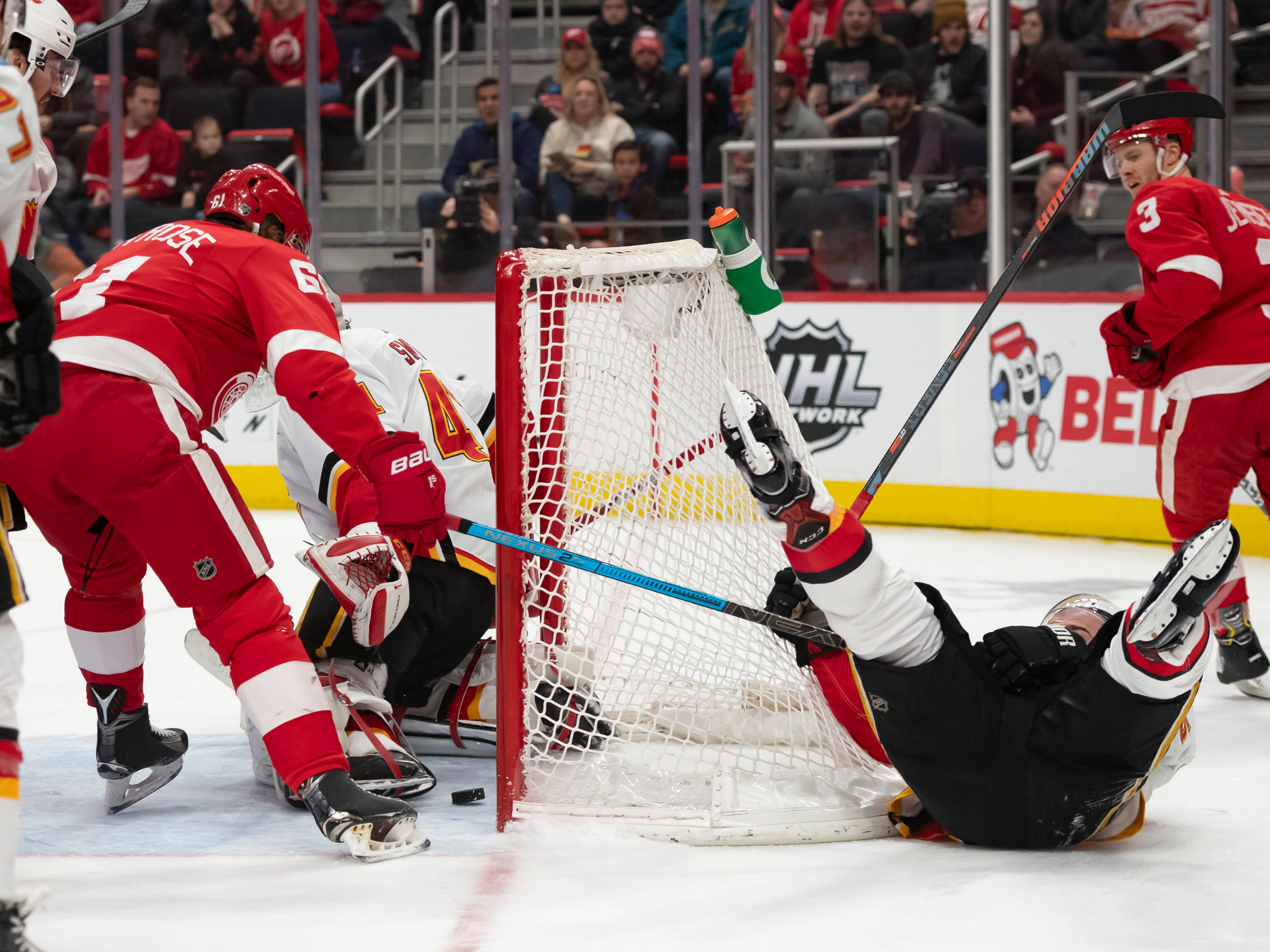 Detroit left wing Jacob De La Rose gets the puck past Calgary goaltender Mike Smith for a goal in the first period.
