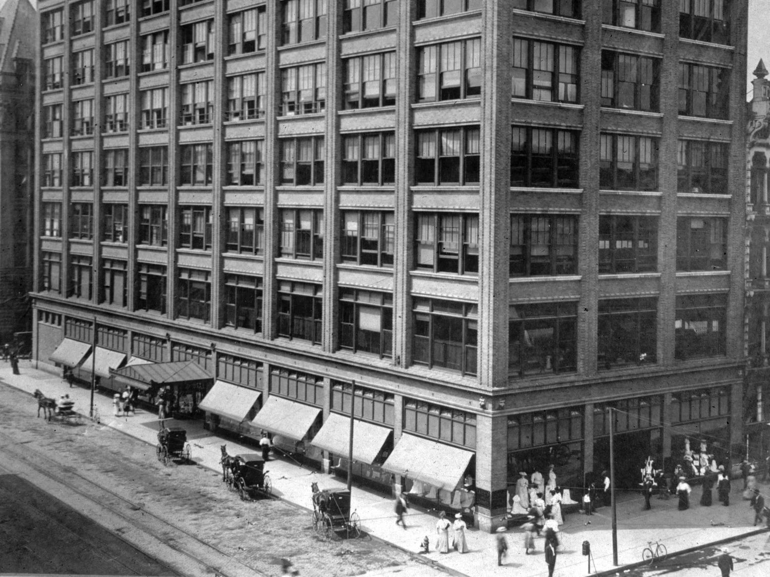 L.S. Ayres building, around 1900, looking SW at the corner of S. Meridian (on left) and Washington St (to the right).