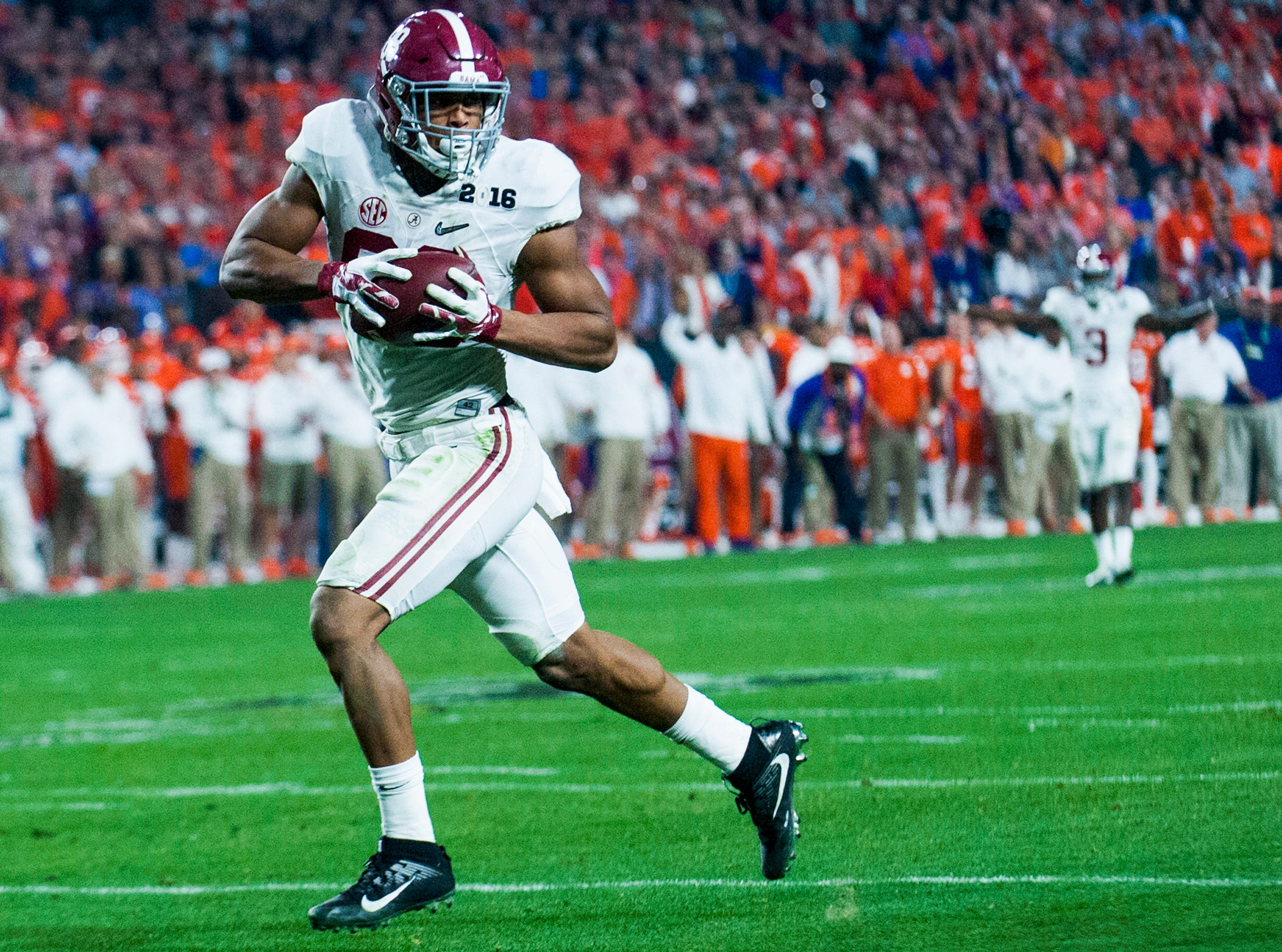 Alabama tight end O.J. Howard (88) scores his second touchdown against Clemson in the College Football Playoff Championship Game on Monday January 11, 2016 at University of Phoenix Stadium in Glendale, Az.