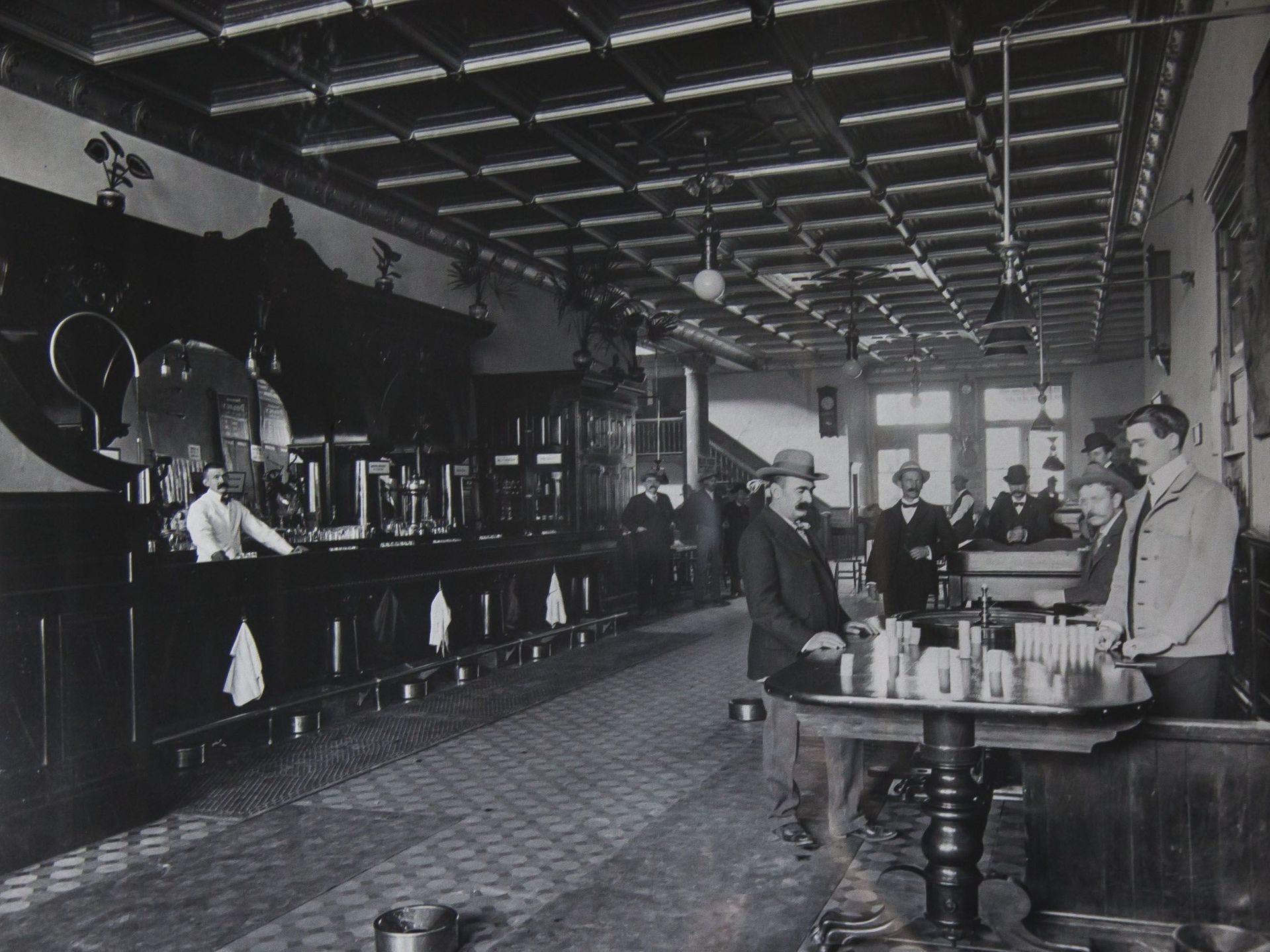 El Palace Saloon se muestra en 1901. Doc Holliday y Earps jugaron en los salones de Whiskey Row en la década de 1870 antes de pasar a Tombstone.