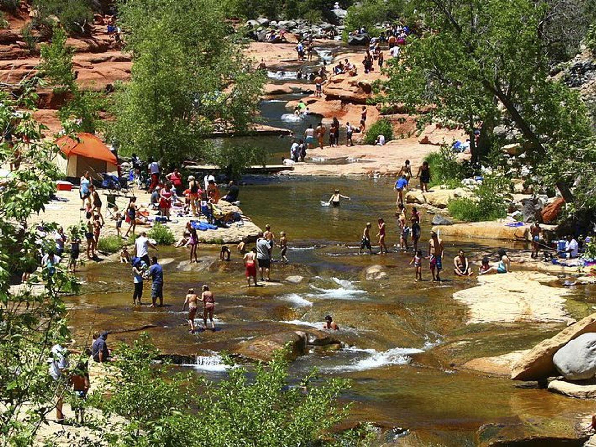 Slide Rock State Park en Sedona a menudo se llena casi en su capacidad en verano.
