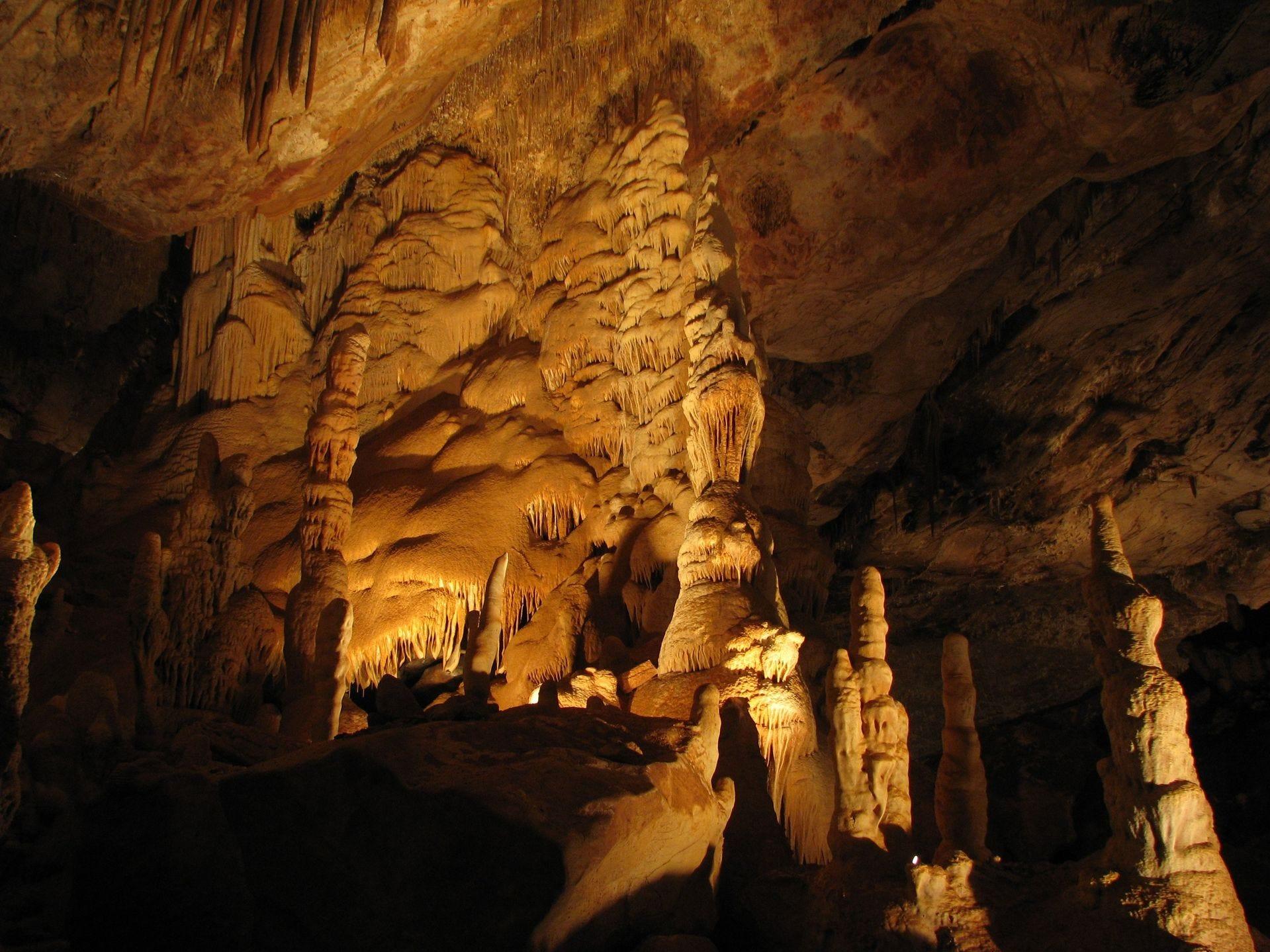 Las cavernas de Kartchner son una cueva húmeda, que viven y respiran debajo de las montañas Whetstone en el condado de Cochise.