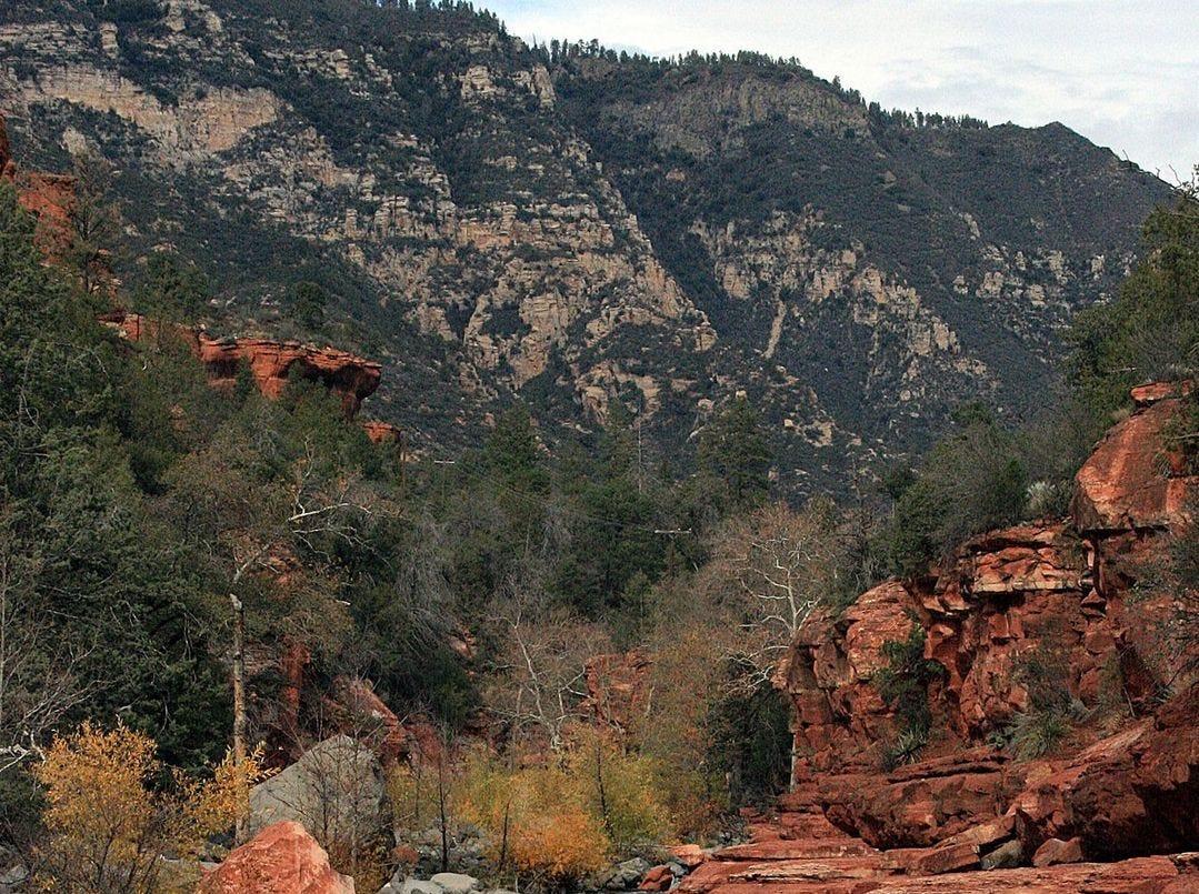 Parque Estatal Slide Rock: El Parque Estatal Slide Rock, en los toboganes naturales y toboganes de Oak Creek cerca de Sedona, es el segundo más visitado del estado, detrás de Lake Havasu.