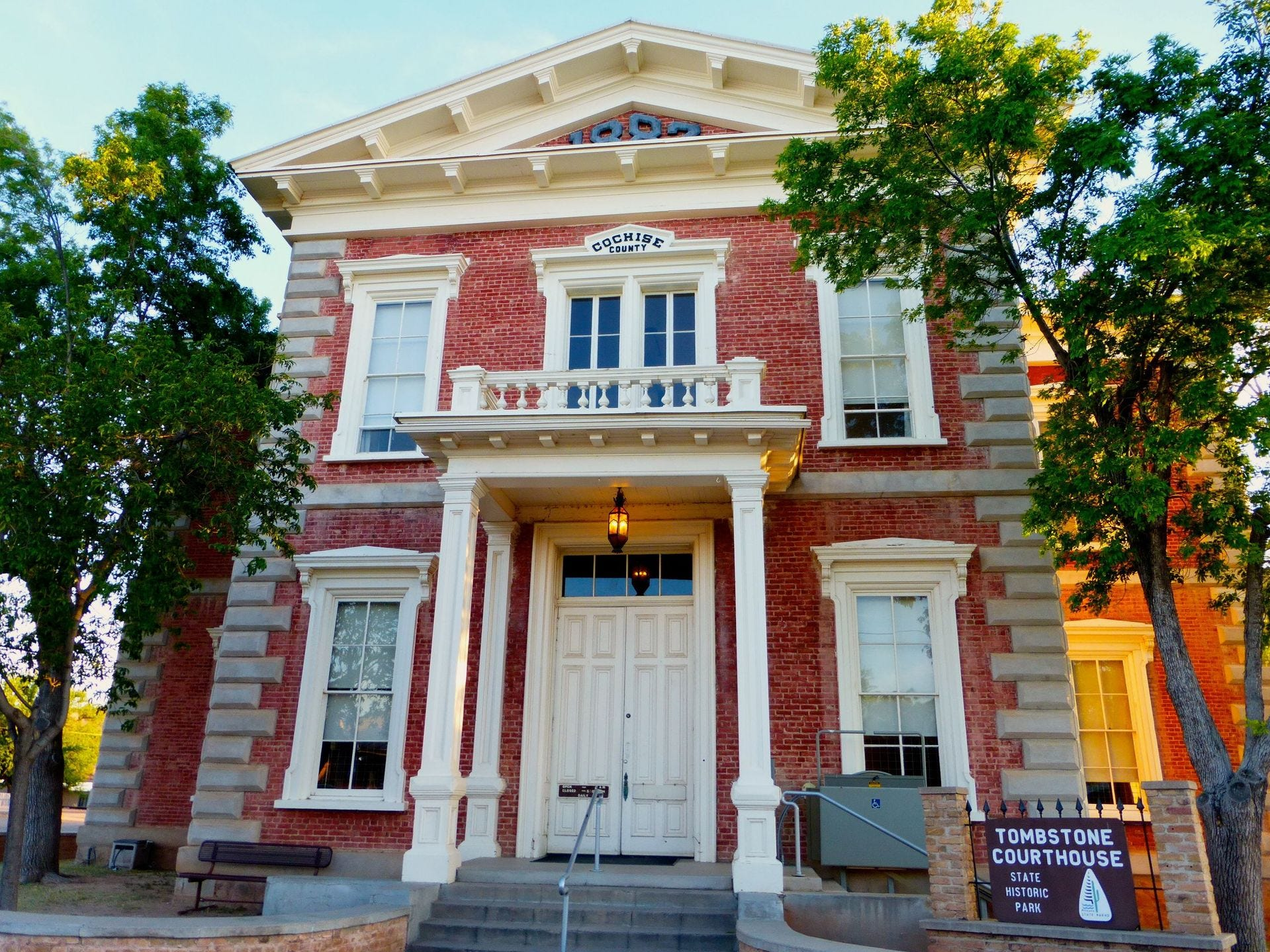 Una nueva colección de recuerdos de Wyatt Earp está en exhibición en el Tombstone Courthouse Historic State Park.