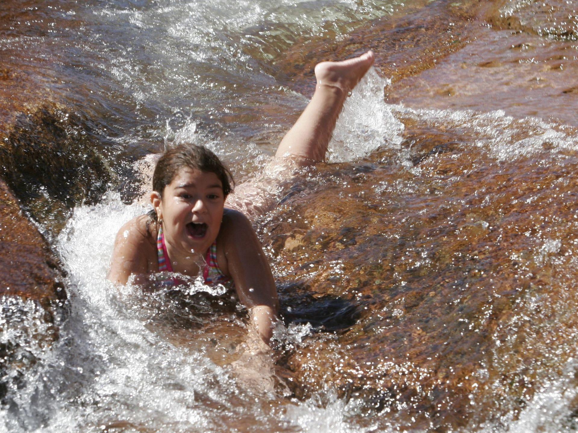 Slide Rock mide 80 pies de largo y 2.5 a 4 pies de ancho, con un descenso del 7 por ciento de arriba a abajo. También hay una piscina con un acantilado de 40 pies que es ideal para saltar. Las algas en las rocas hacen que el descenso descienda muy rápido.