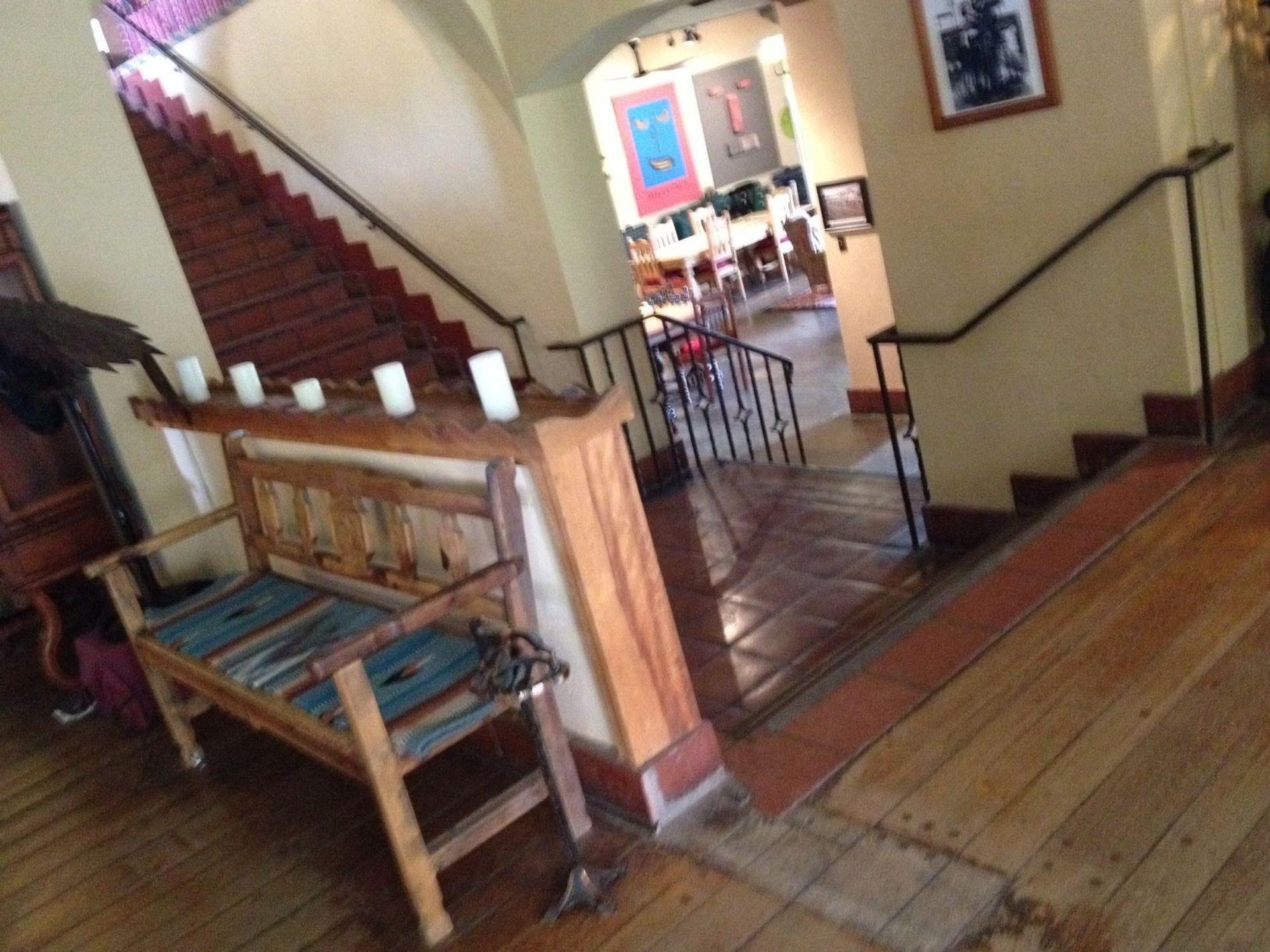 Escalera en el interior del hotel La Posada en Winslow, Arizona.