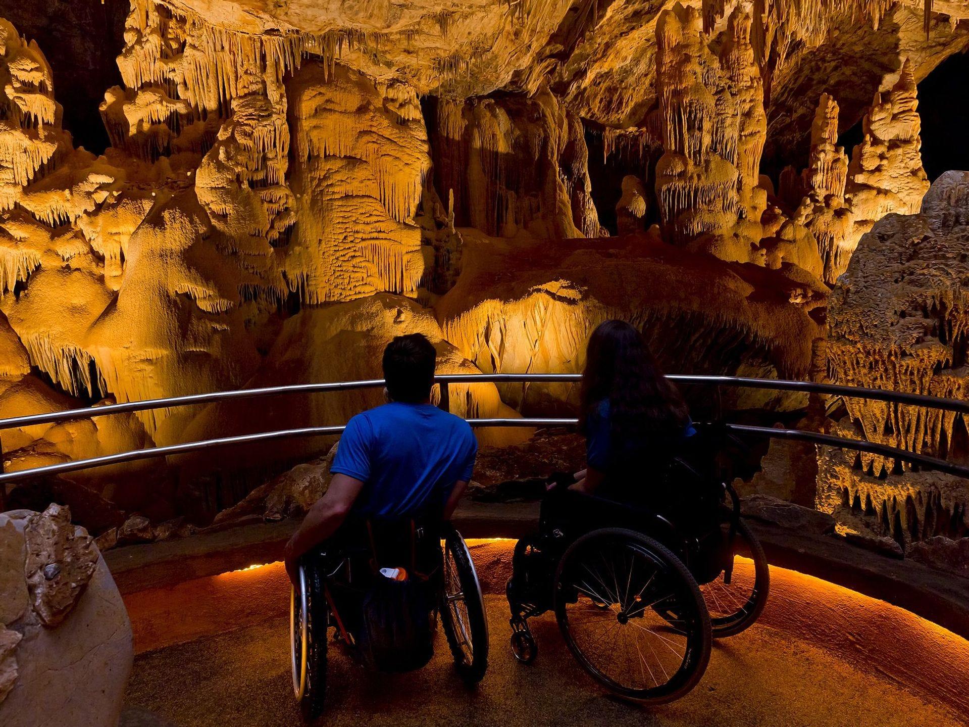 El camino pavimentado a través de las cavernas de Kartchner es accesible en silla de ruedas.