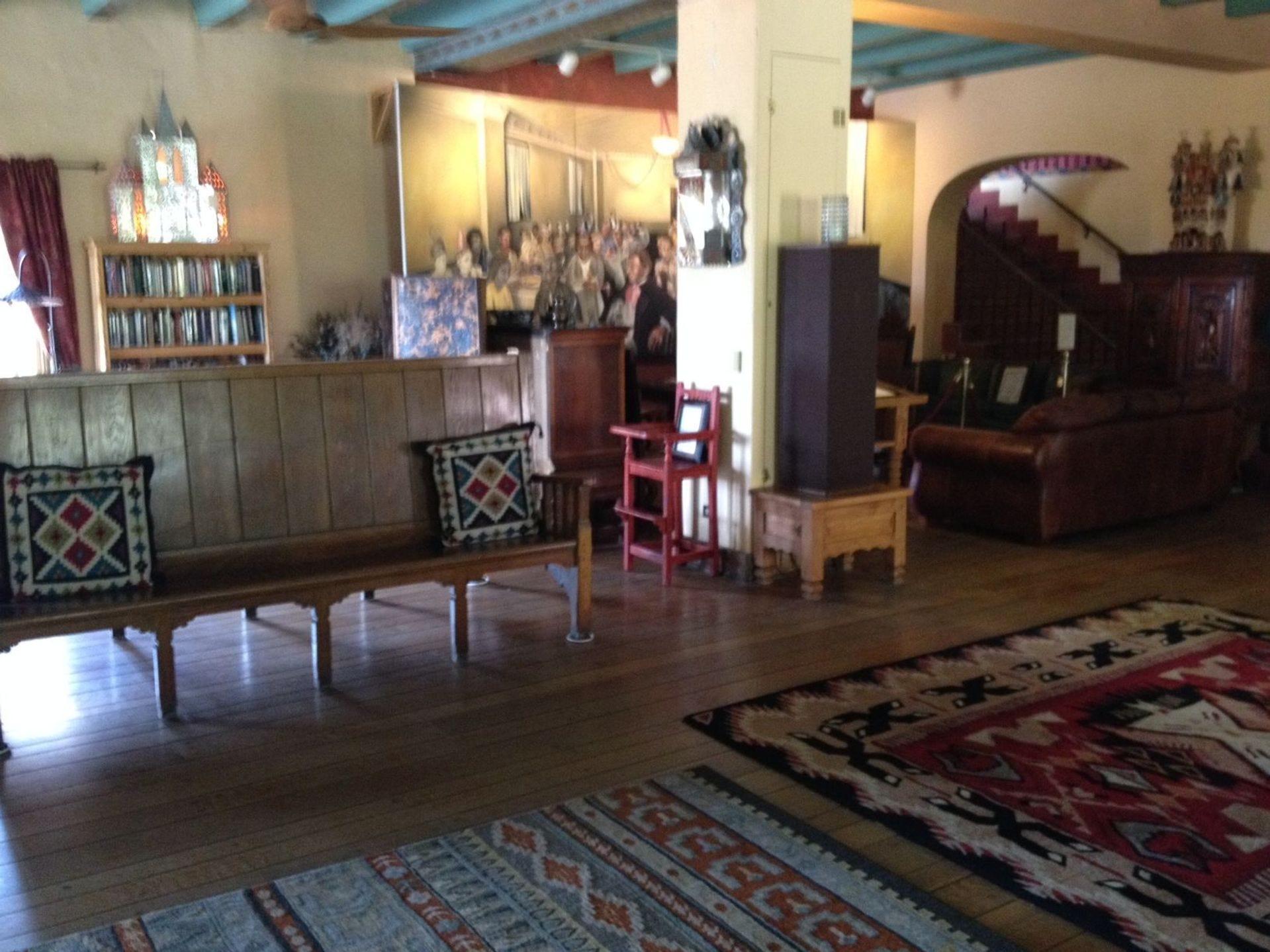 Sala de estar en el hotel La Posada en Winslow, Arizona.