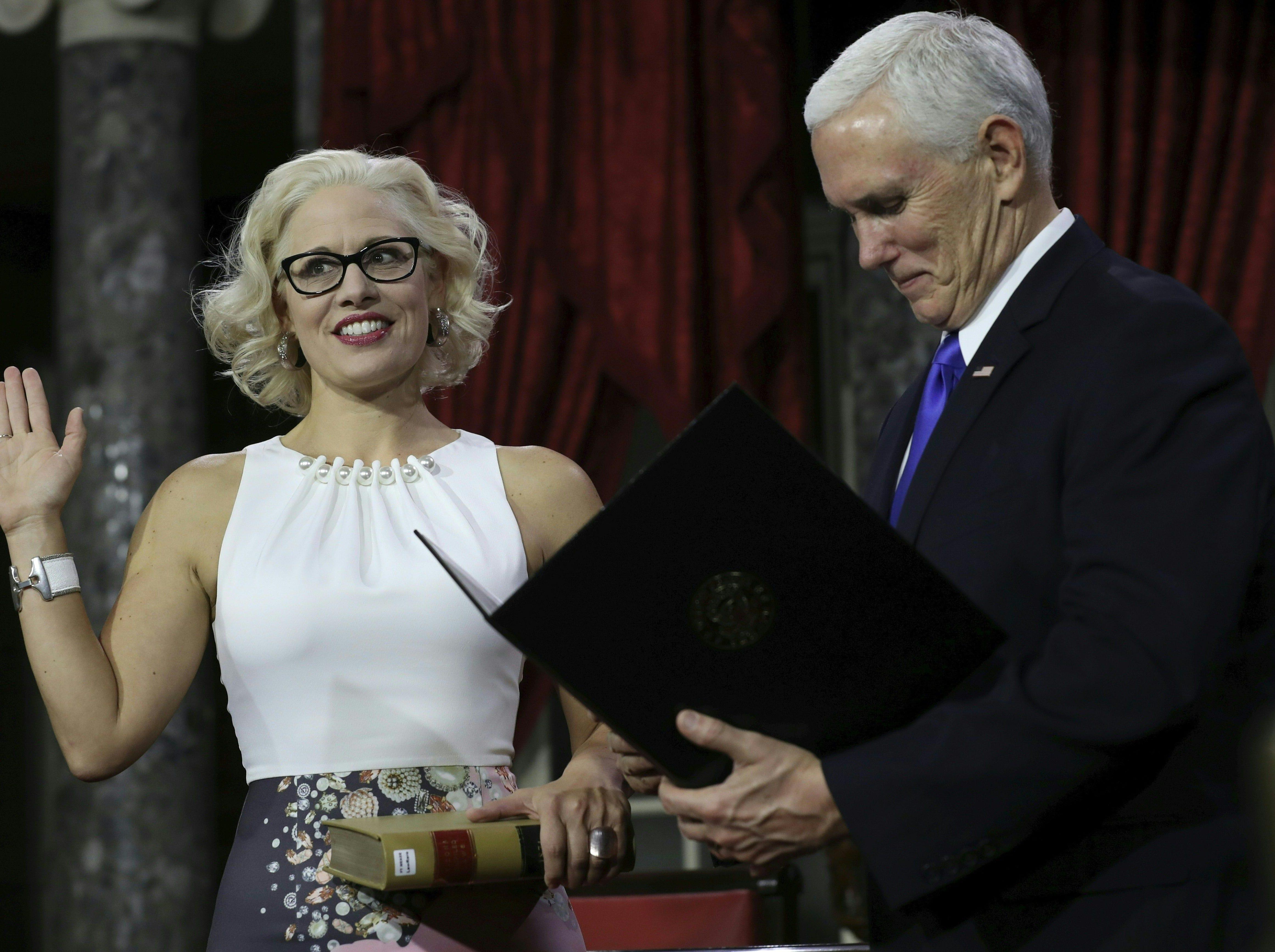 La senadora demócrata por Arizona, Kyrsten Sinema, toma juramento en su nuevo cargo en el congreso federal. Fue el mismo vicepresidente de EEUU quien encabezó la ceremonia en Washington, el 3 de enero del 2019.