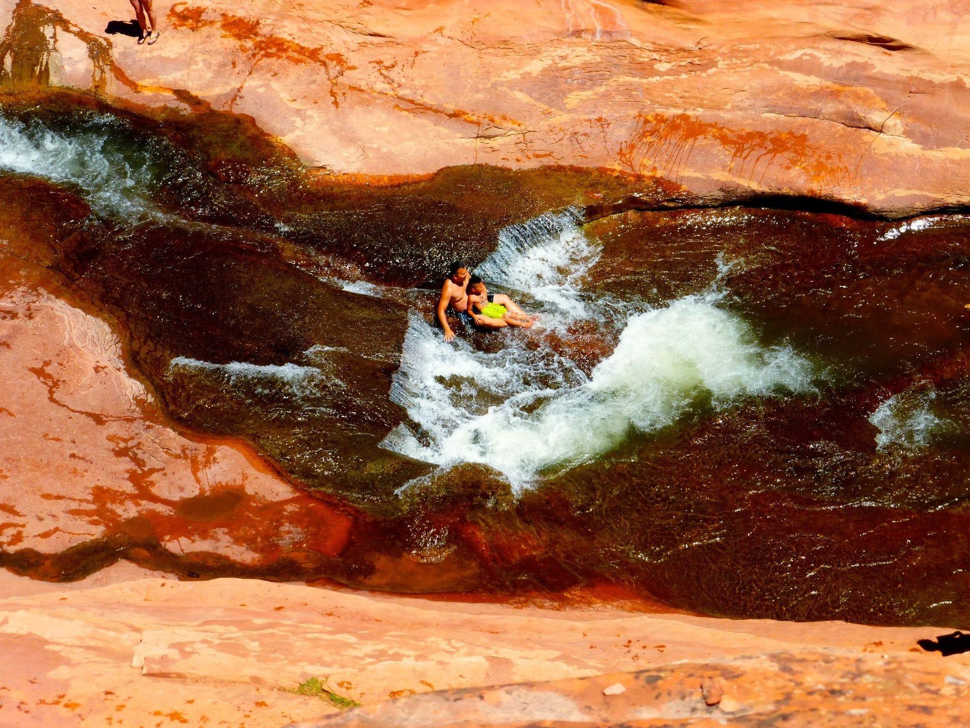 Las orillas pedregosas de Oak Creek forman un tobogán de agua natural en el Parque Estatal Slide Rock en Sedona.