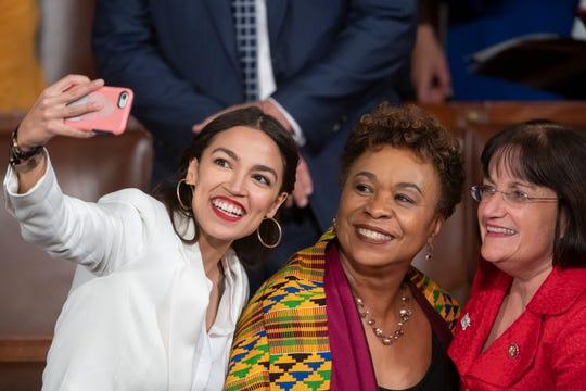 La demócrata Alexandria Ocasio-Cortez, se toma una selfie con las representantes Ann McLane Kuster y Barbara Lee, D-Calif., en el primer día del 116 Congreso de EEUU.