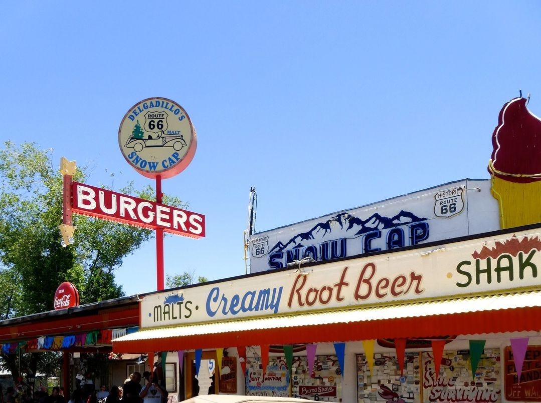 La familia de Juan Delgadillo mantiene su legado de humor loco y deliciosa comida de camino en Snow Cap en Route 66 en Seligman.