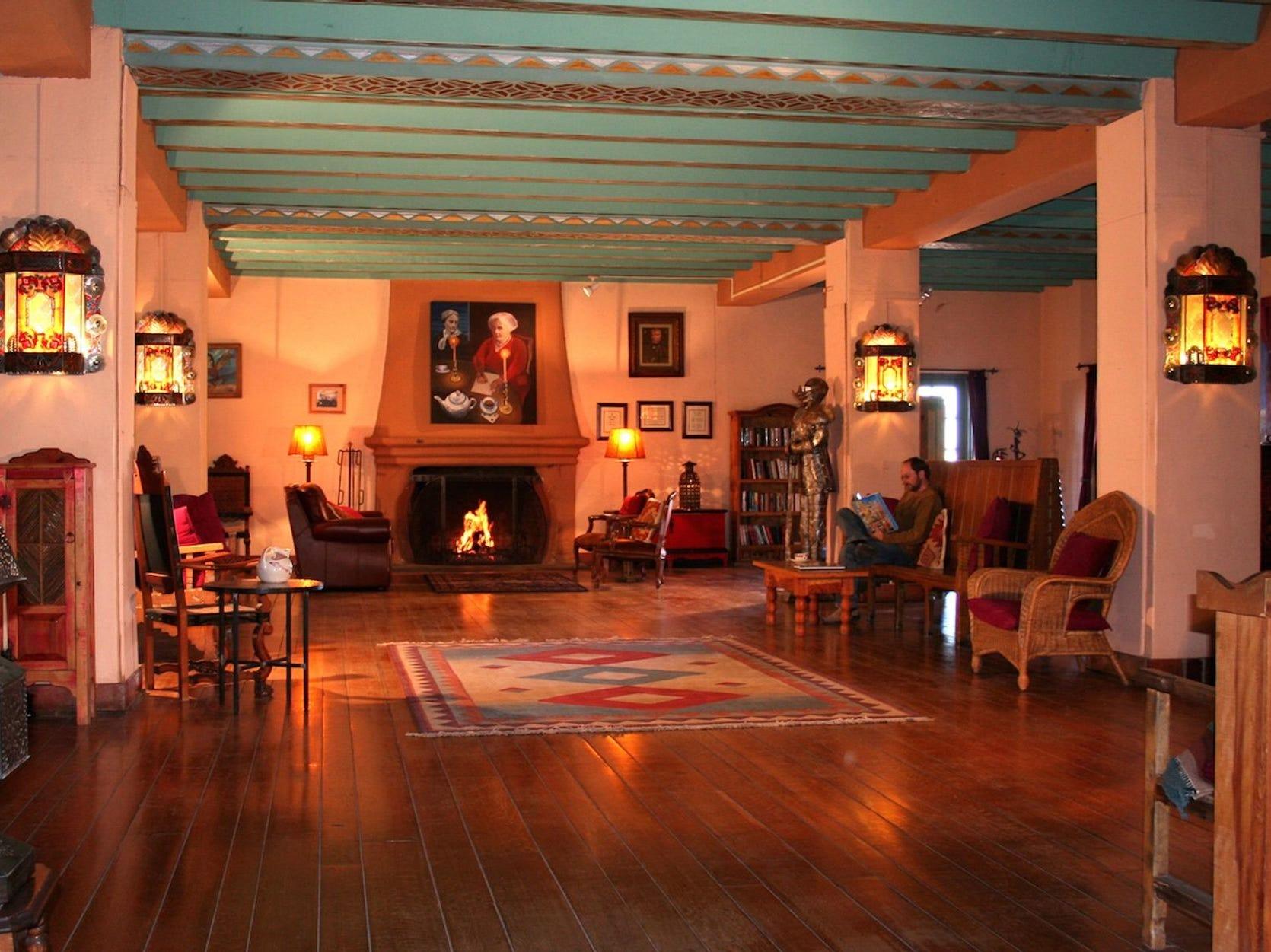 Se recuerda a los visitantes que pasan una noche en el hotel La Posada, bellamente restaurado, en Winslow, lo agradable que puede ser viajar.