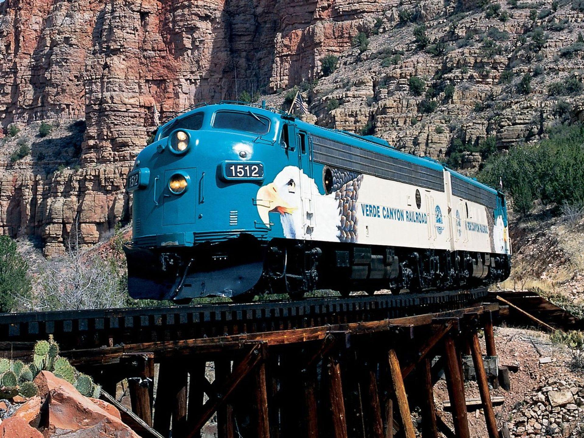 El ferrocarril del Cañón Verde pasa por una antigua parada de tren llamada Sycamore. Verde Canyon Railroad corre entre Clarkdale y Perkinsville.