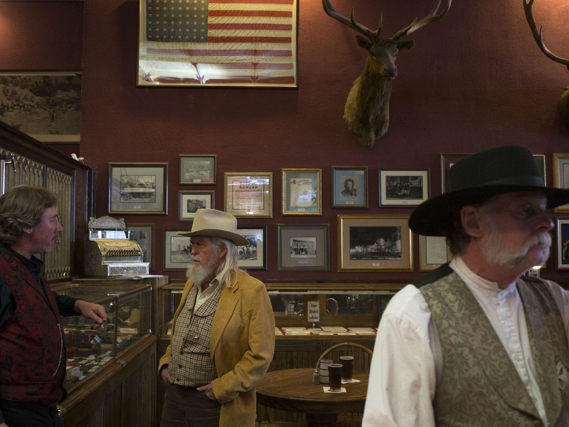 Scott Stanford (izq), gerente general, habla con Bob Anderson (centro), el 6 de noviembre de 2017, en el Palace Saloon y el Restaurante 120 S. Montezuma Street, Prescott, Arizona