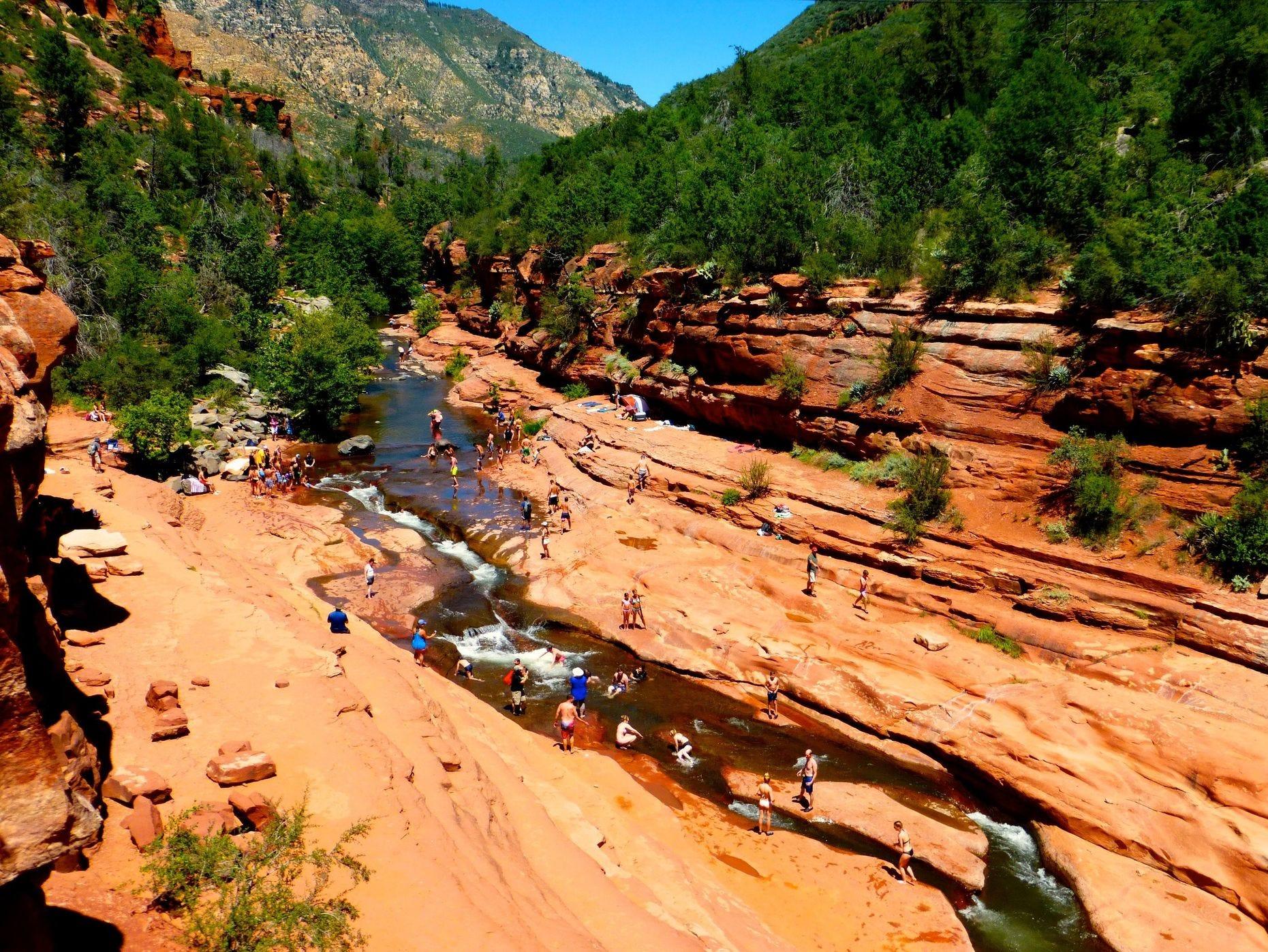 Slide Rock en Oak Creek Canyon, al norte de Sedona, es uno de los lugares para nadar más famosos del sudoeste.