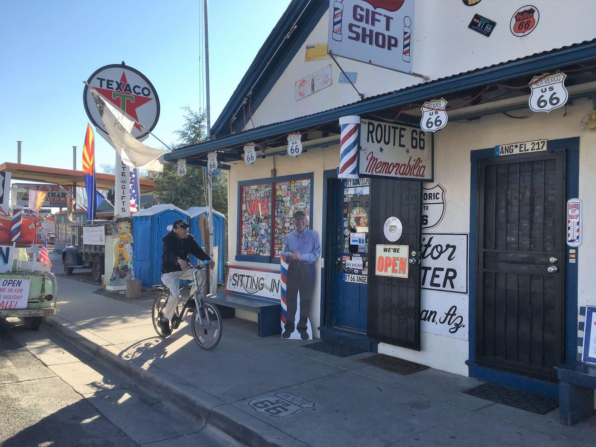 Angel Delgadillo viaja a su tienda de regalos, que está a solo dos cuadras de su casa.