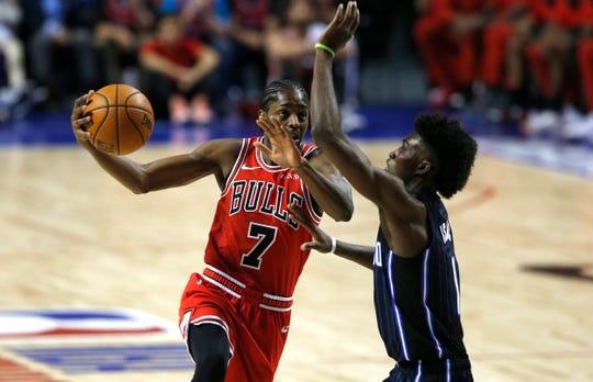 Chicago Bulls' Justin Holiday, 7, controls the ball as Orlando Magic's Jonathan Isaac defends in their regular-season NBA basketball game in Mexico City, Thursday, Dec. 13, 2018. (AP Photo/Claudio Cruz)