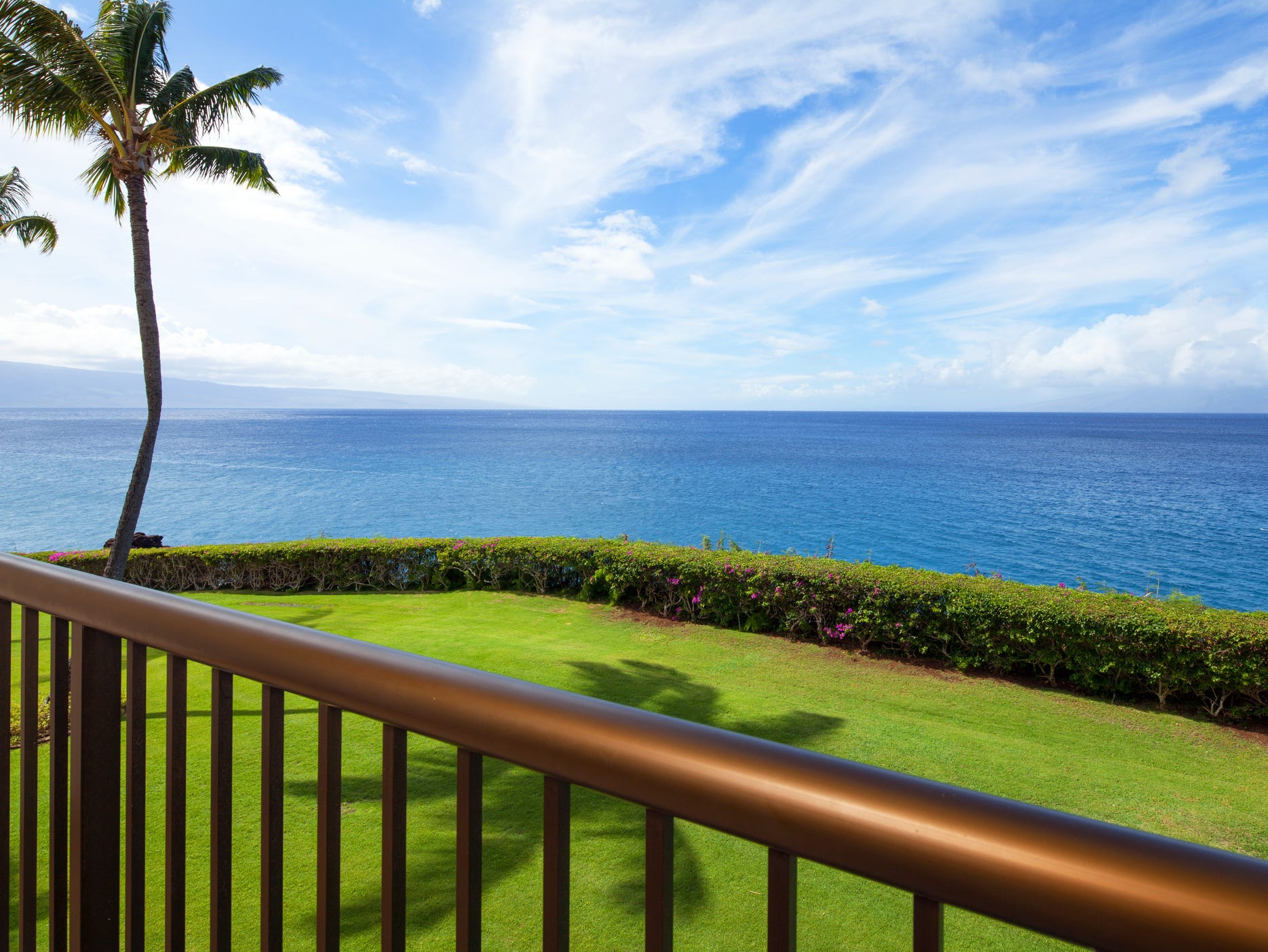 Eighty-three percent of the Sheraton Maui Resort's newly-renovated 508 rooms and suites feature breathtaking views of the Pacific, and sister islands Lanai and Molokai.