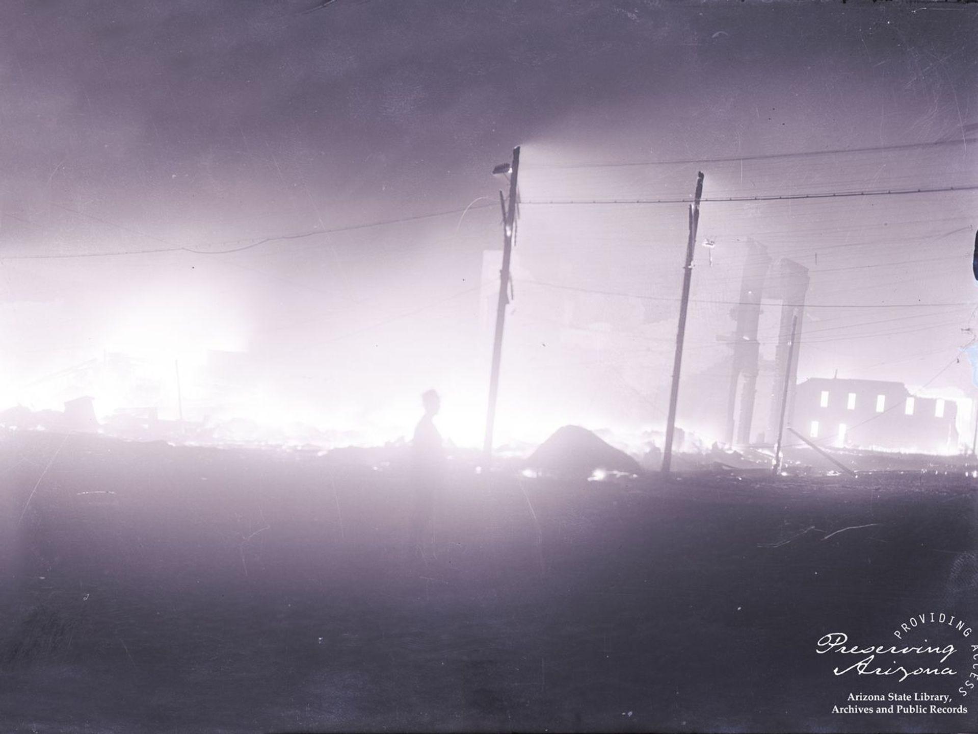 En julio de 1900, un incendio acabó con Whiskey Row de Prescott. Debido a la falta de agua, los bomberos hicieron explotar varios edificios para crear una barrera contra incendios.