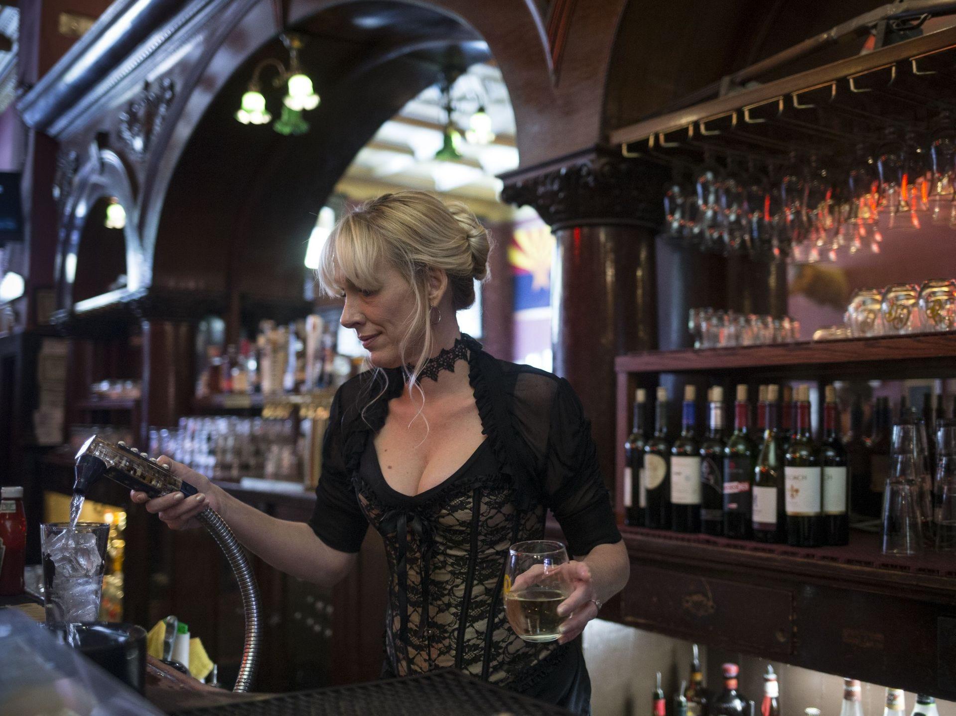 Martha Mekeel trabaja en el bar el 6 de noviembre de 2017 en el Palace Saloon and Restaurant 120 S. Montezuma Street, Prescott, Arizona.