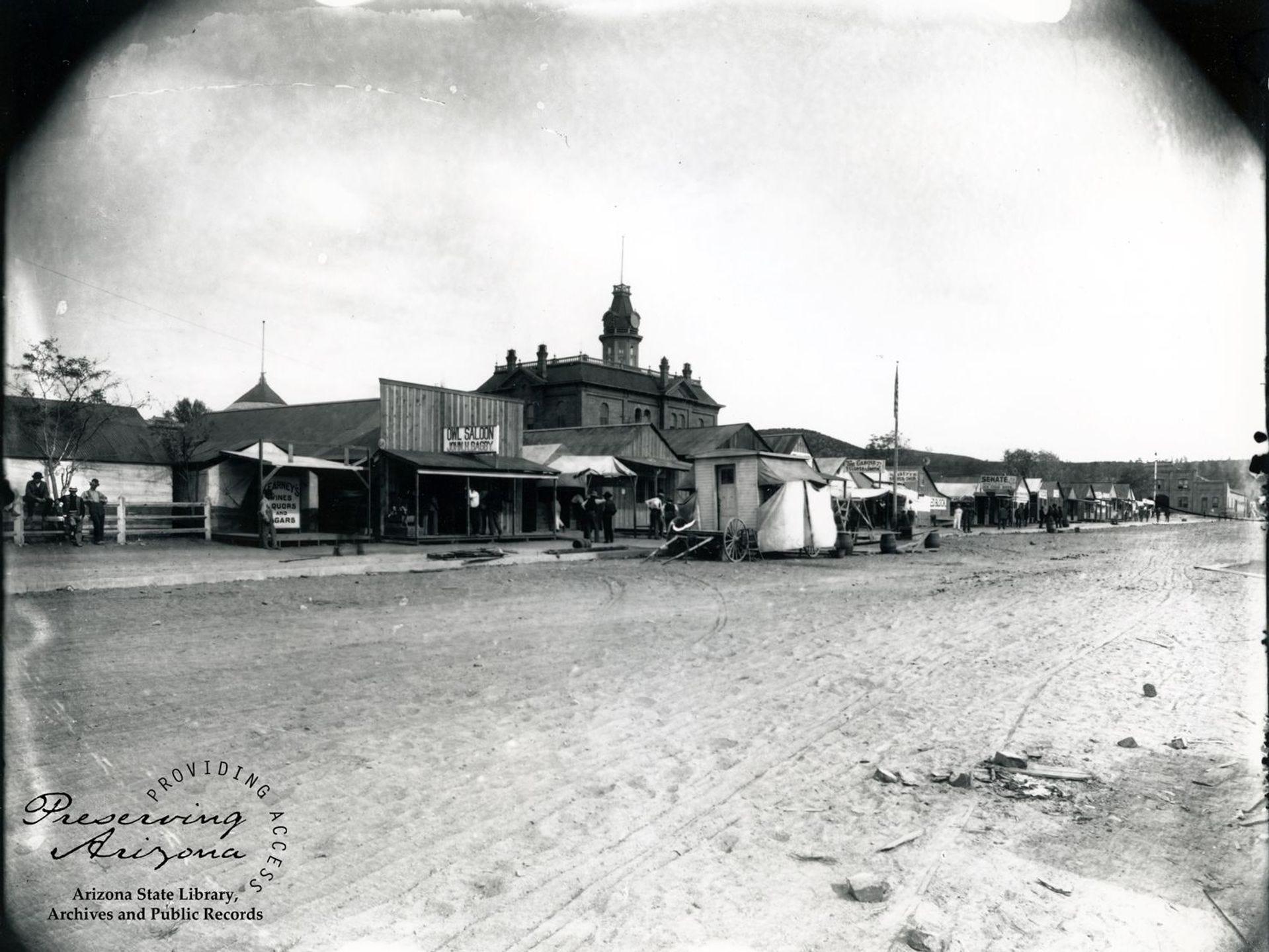 Después de un incendio en Prescott en 1900, los hombres de negocios utilizaron madera y lienzos para construir estructuras temporales a la sombra del palacio de justicia del condado.