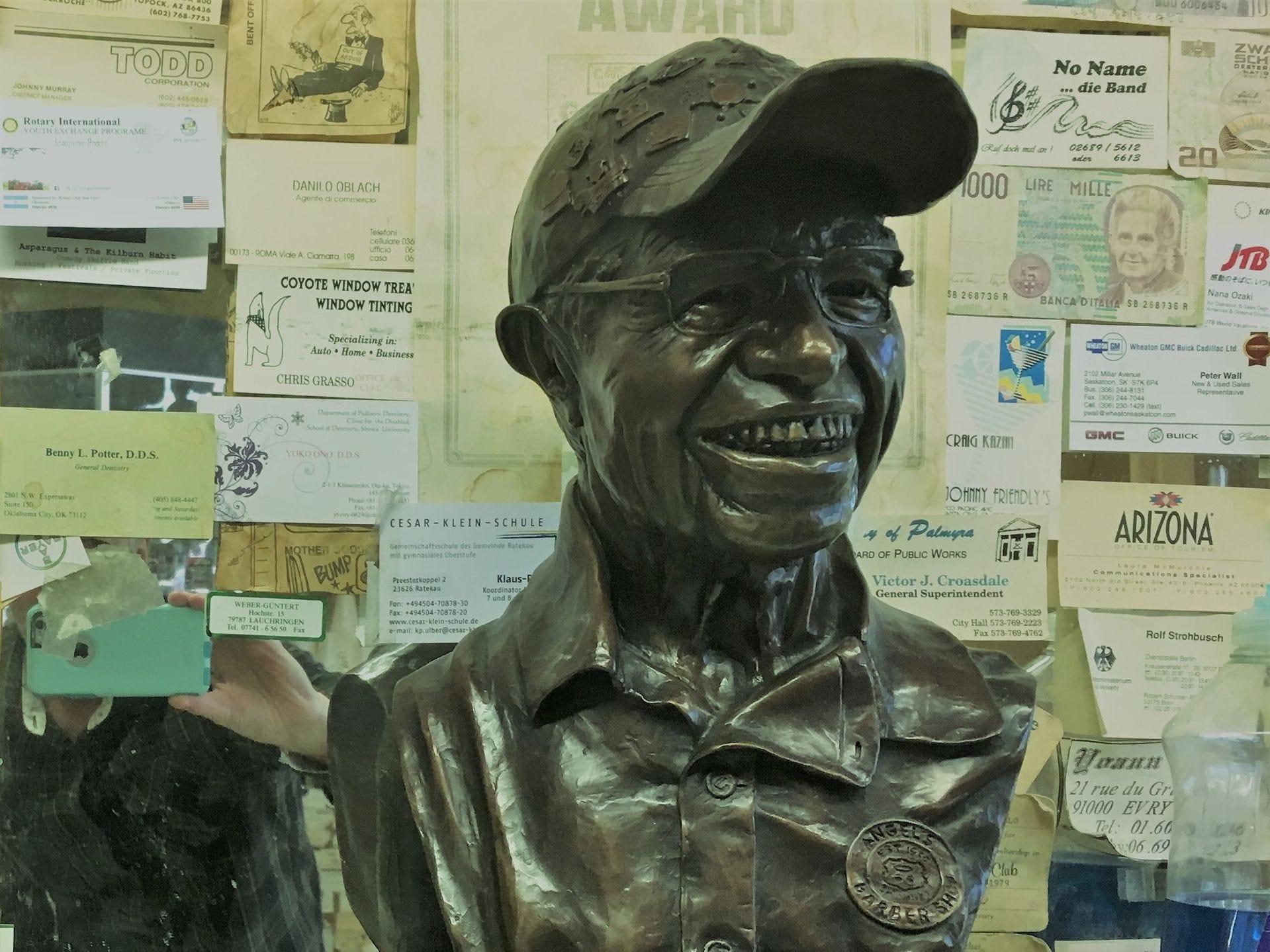 Un busto de Ángel Delgadillo se encuentra en su peluquería en Seligman.