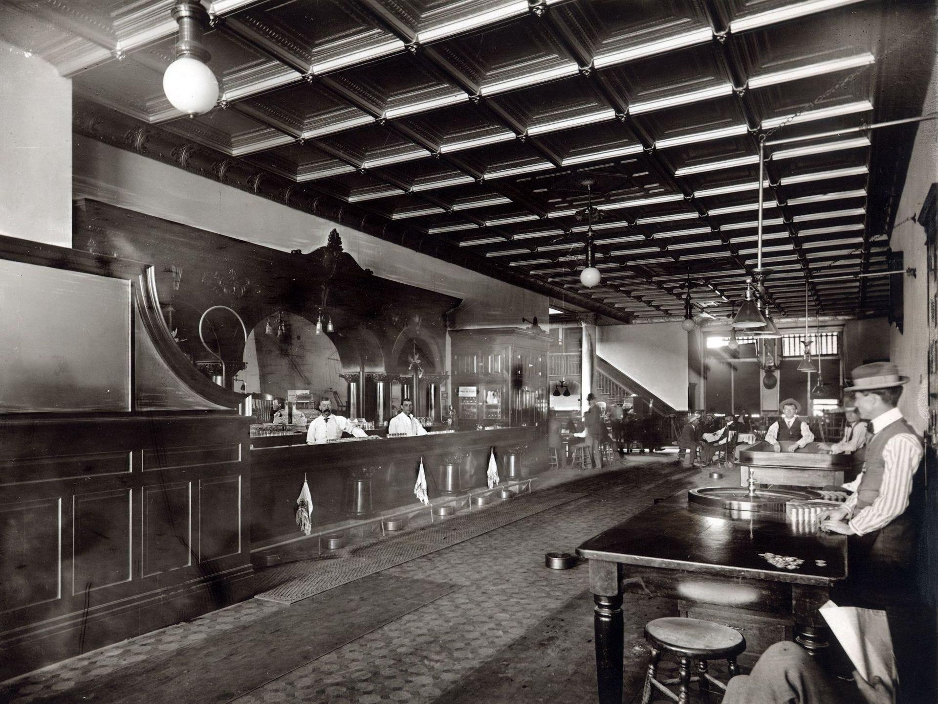 Cuando el reconstruido Palace Saloon abrió sus puertas en 1901, era el establecimiento de bebidas más opulento en Whisky, si no en todo Prescott.