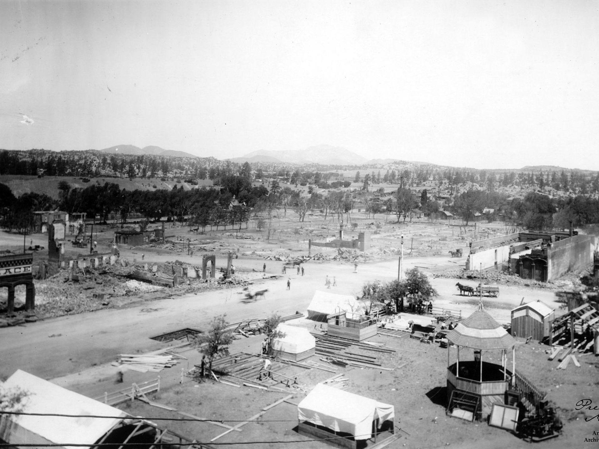 Después del incendio de Prescott en 1900, los propietarios y comerciantes tuvieron poco tiempo para construir edificios temporales y tiendas de campaña para los negocios.