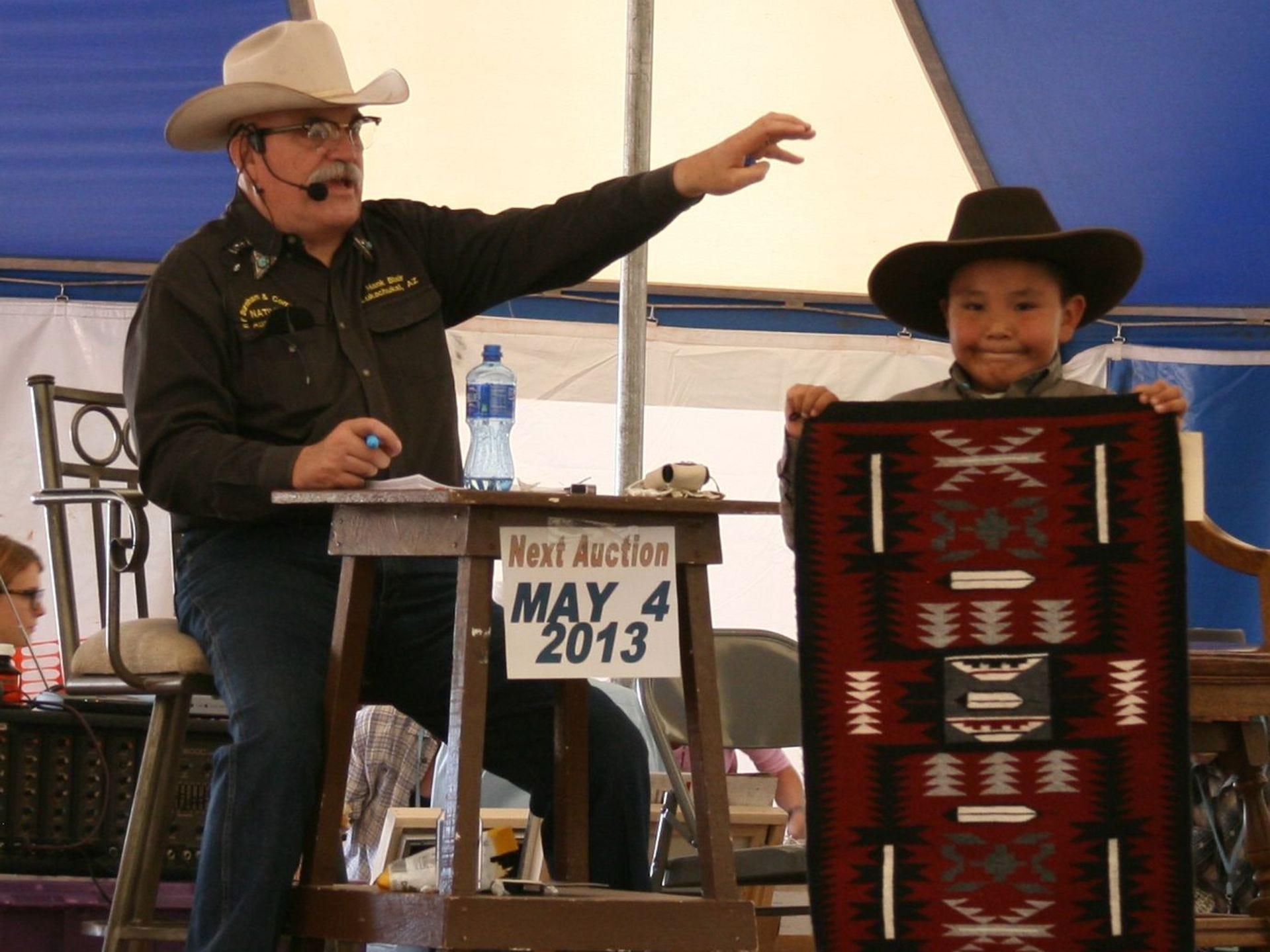 Las alfombras Navajo forman parte de la subasta anual de arte nativo americano en el Sitio Histórico Nacional Hubbell Trading Post en Ganado en la Reserva Navajo.