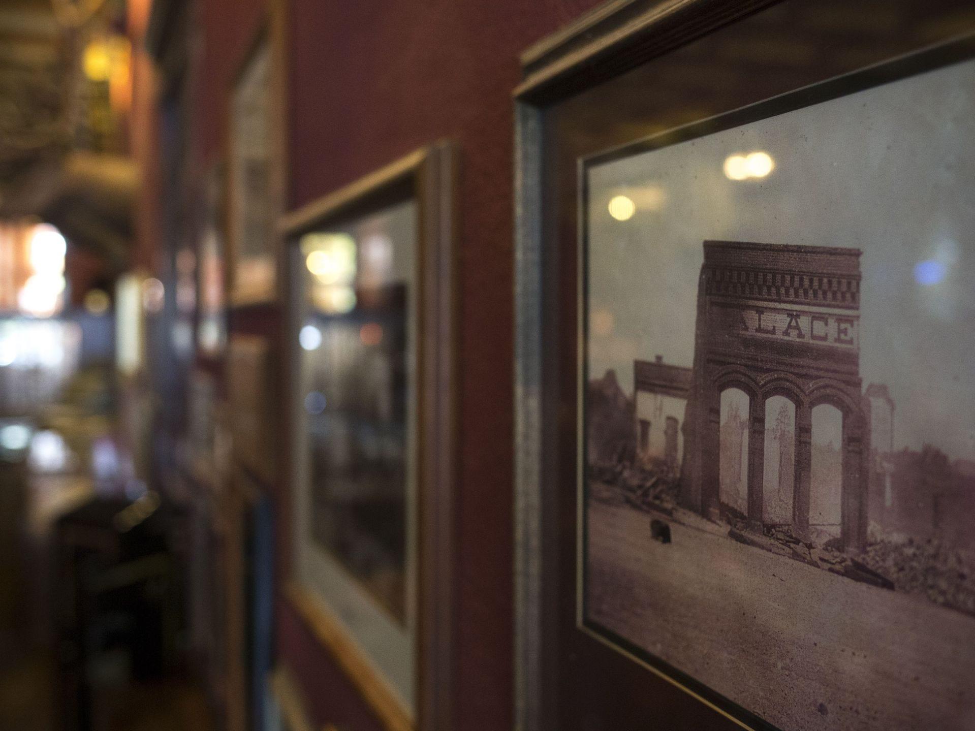 Una foto del Palacio después del incendio de Whiskey Row en 1990, el 6 de noviembre de 2017, cuelga en la pared del Palace Saloon and Restaurante 120 S. Montezuma Street, Prescott, Arizona