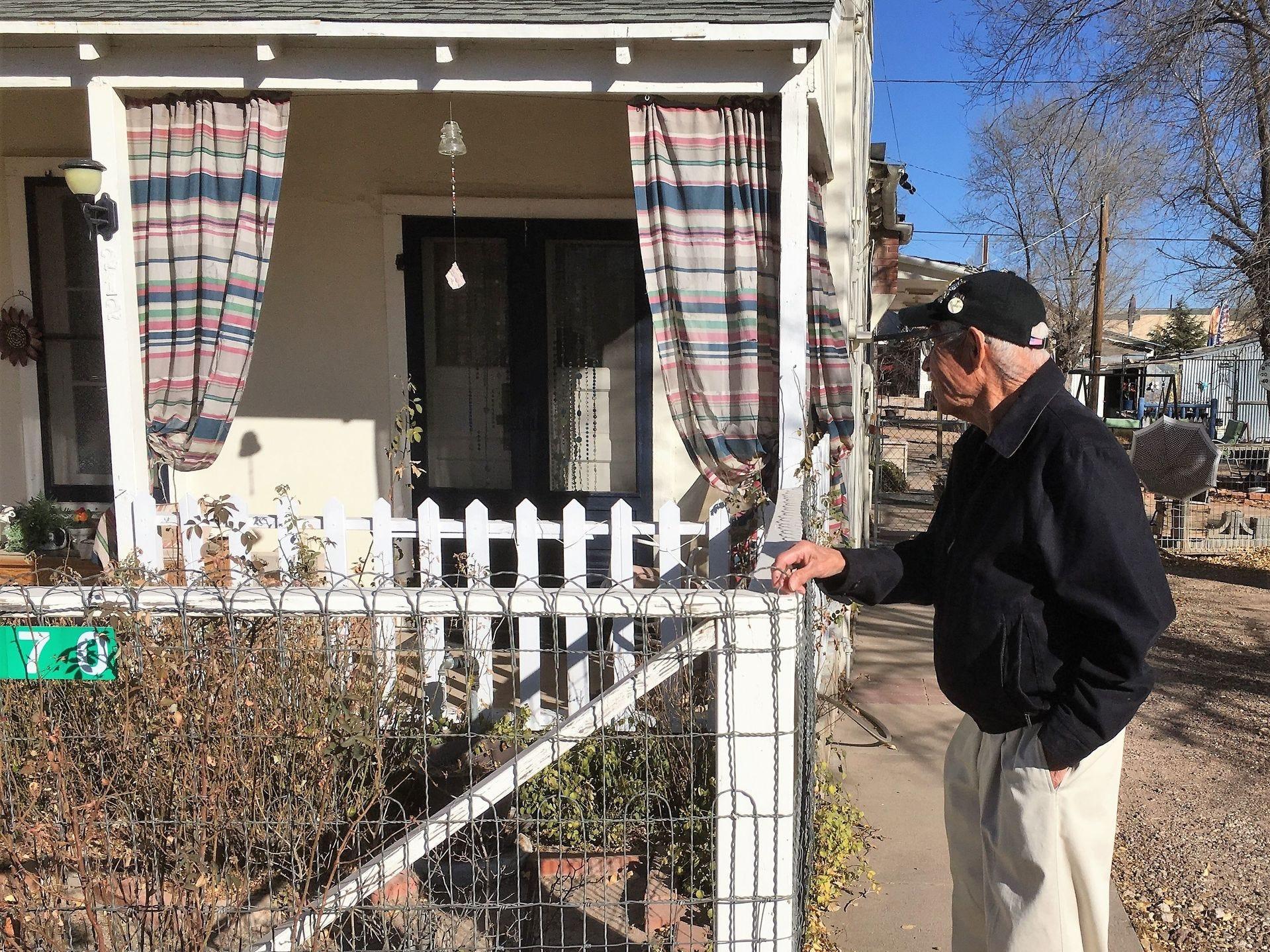 Angel Delgadillo recuerda en frente de la casa Seligman en la que nació.