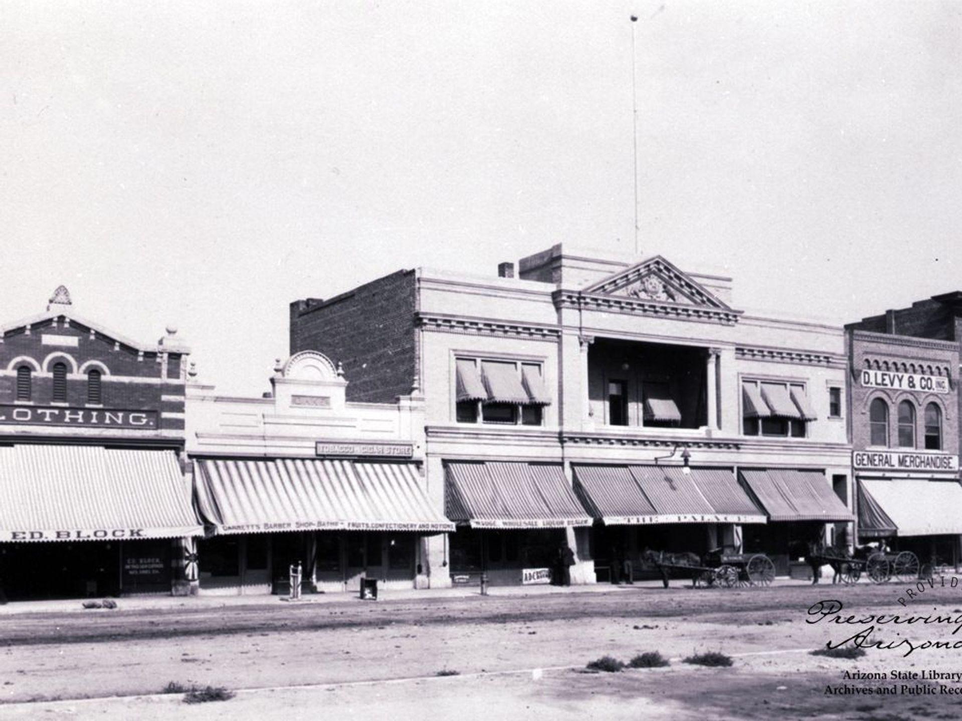 Cuando la reconstruida Whiskey Row abrió sus puertas en 1901, presentaba edificios de ladrillo y piedra resistentes al fuego. El más grande albergaba el Palace Saloon con un hotel en la planta superior.