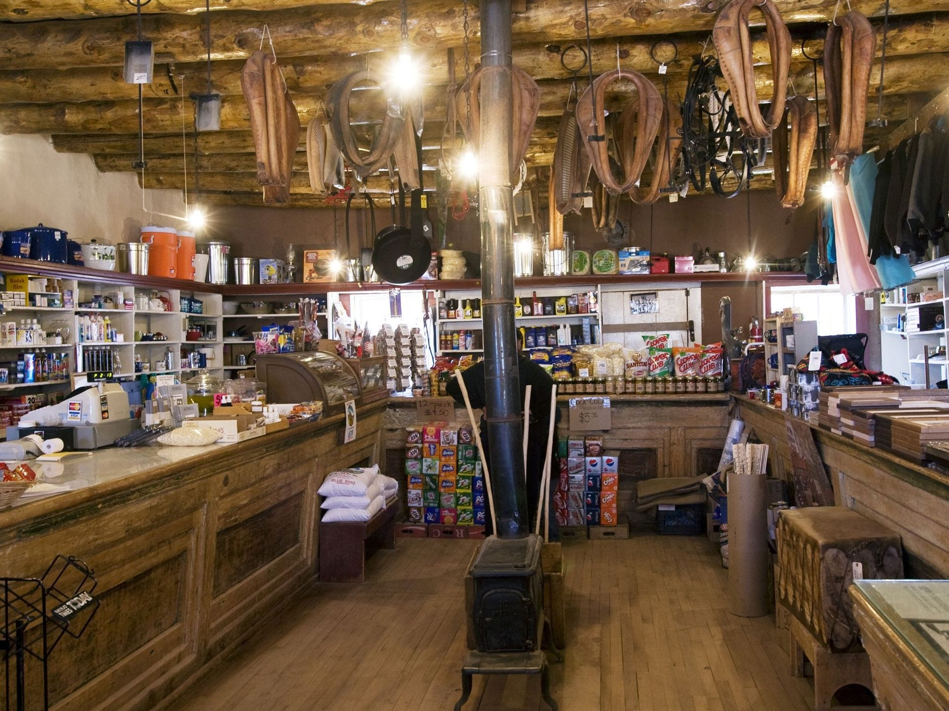 El Sitio Histórico Nacional Hubbell Trading Post en Ganado fue fundado por John Lorenzo Hubbell en 1878, una década después de que los Navajo regresaran a sus tierras de su exilio en Fort Sumner, Nuevo México. con muchos artículos. El puesto comercial sigue activo hoy.