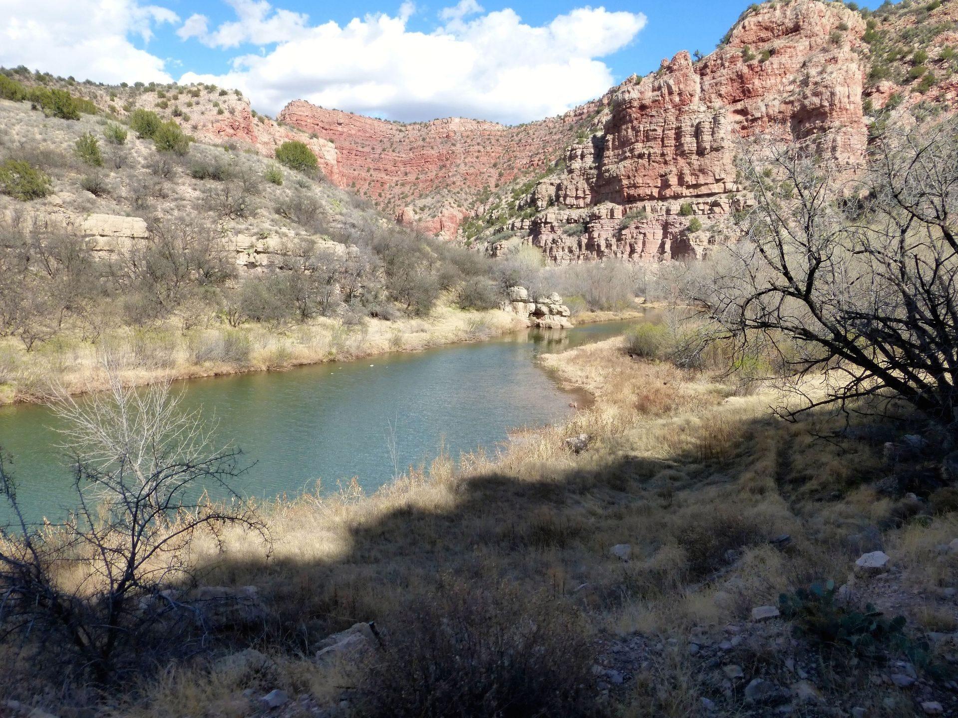 El río Verde fluye a través de un cañón de roca roja que ahora viaja en un tren de excursión.