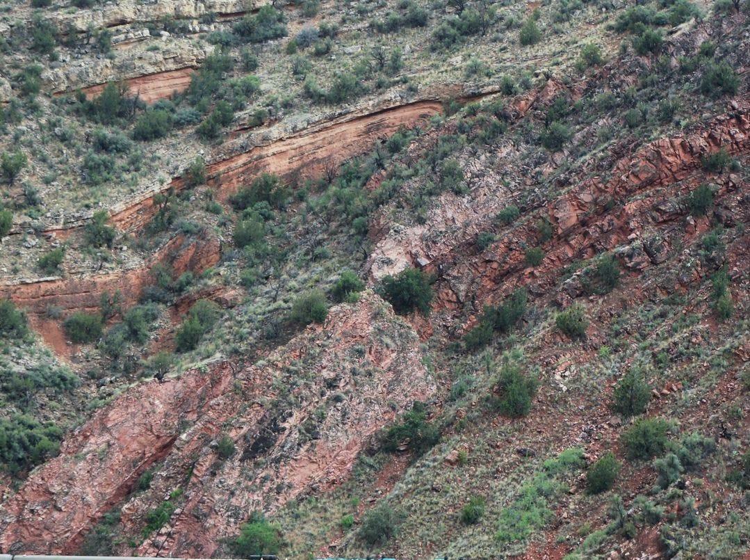 Los pasajeros pueden viajar en primera clase en Verde Canyon Railroad. Pero con el paisaje espectacular, la mayor parte del viaje probablemente tendrá lugar en las plataformas de observación al aire libre.
