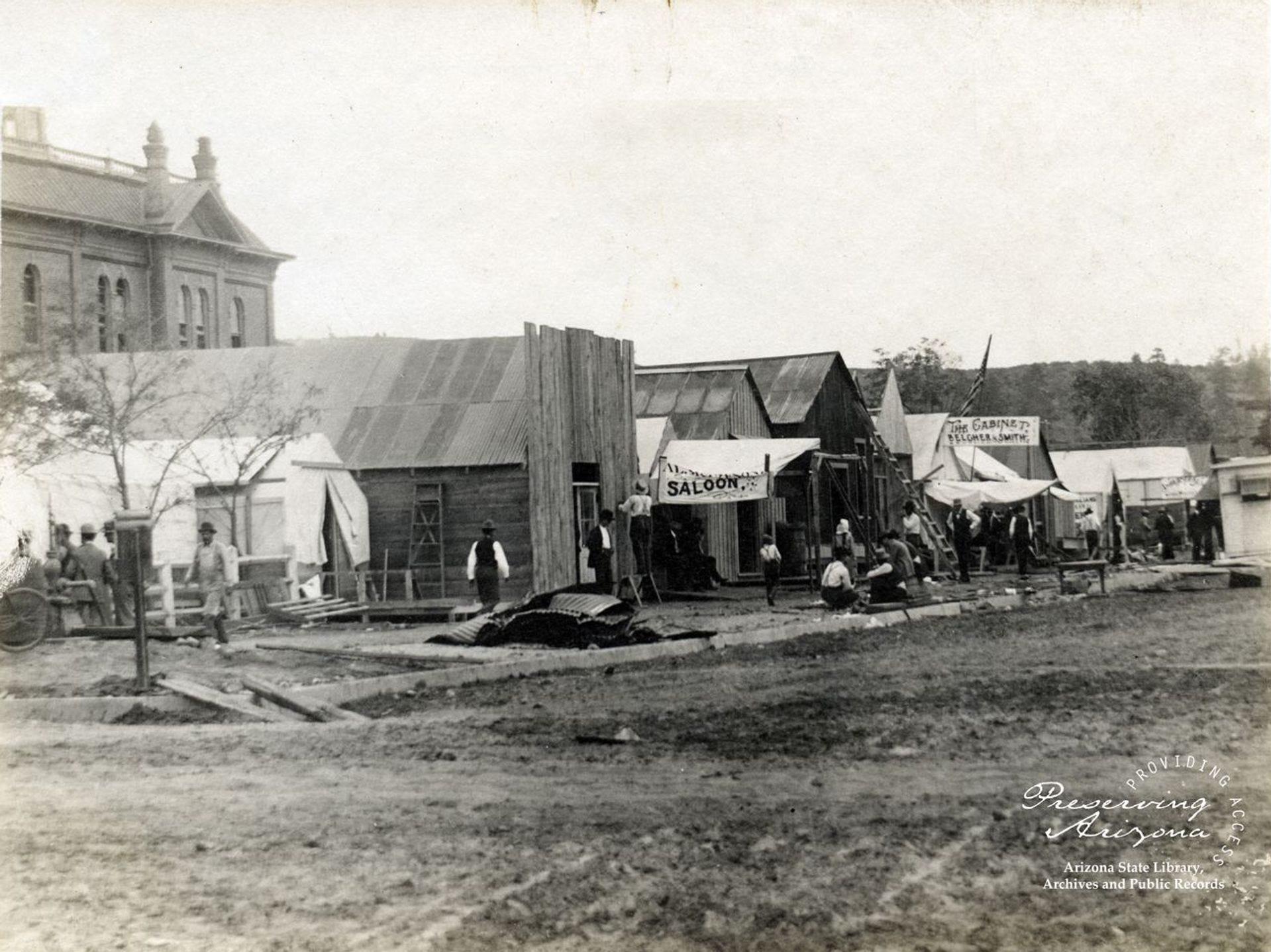 Salones y otros negocios destruidos por el incendio de Prescott en 1900 abrieron tiendas temporales en Courthouse Square.