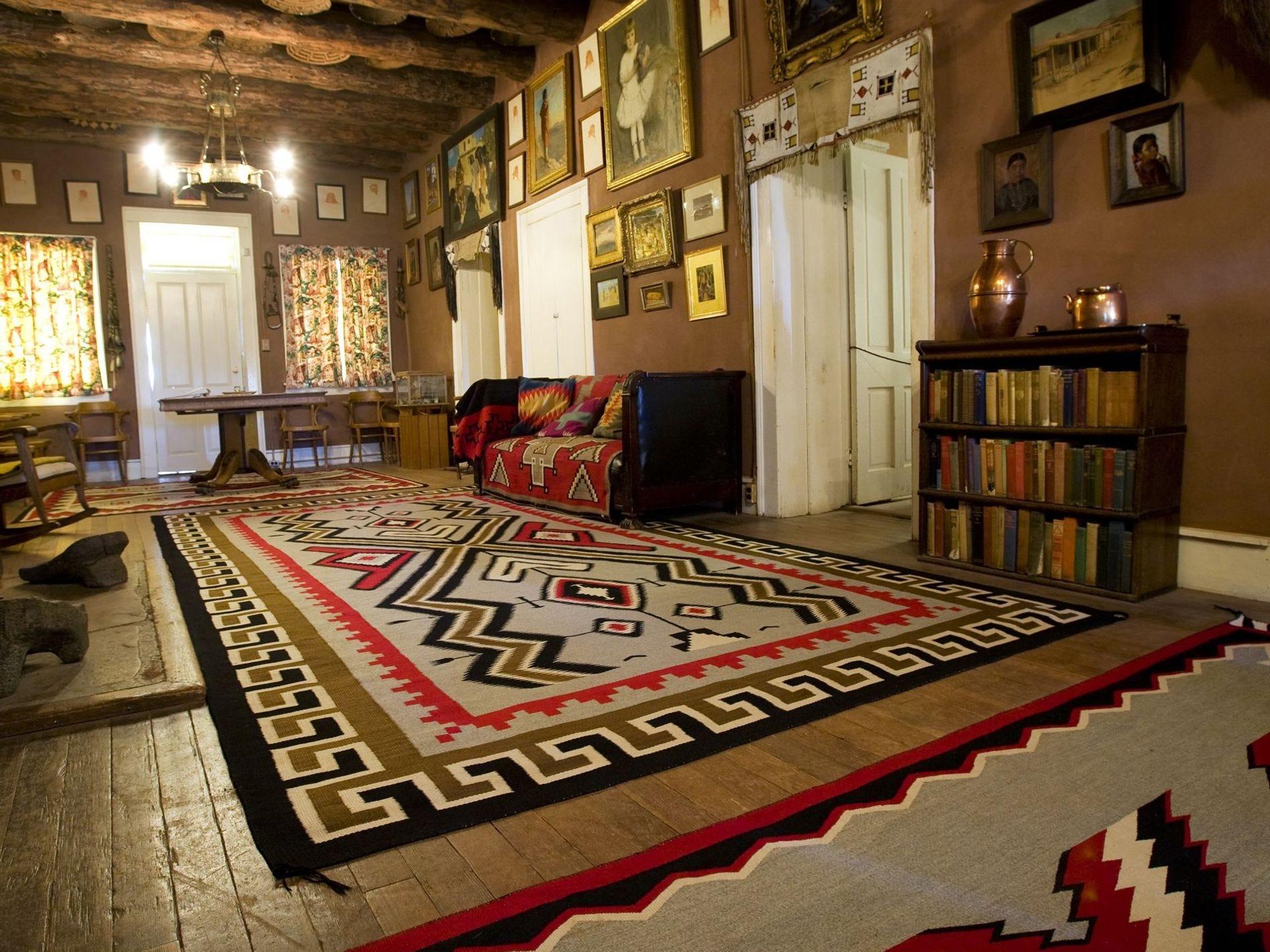 La sala de estar de la casa de John Lorenzo Hubbell se ve en el Sitio Histórico Nacional Hubbell Trading Post en Ganado el martes 31 de marzo de 2009. Se ofrecen recorridos de la casa de Hubbell con colecciones de los navajos, el sudoeste y la americana varias veces. día.
