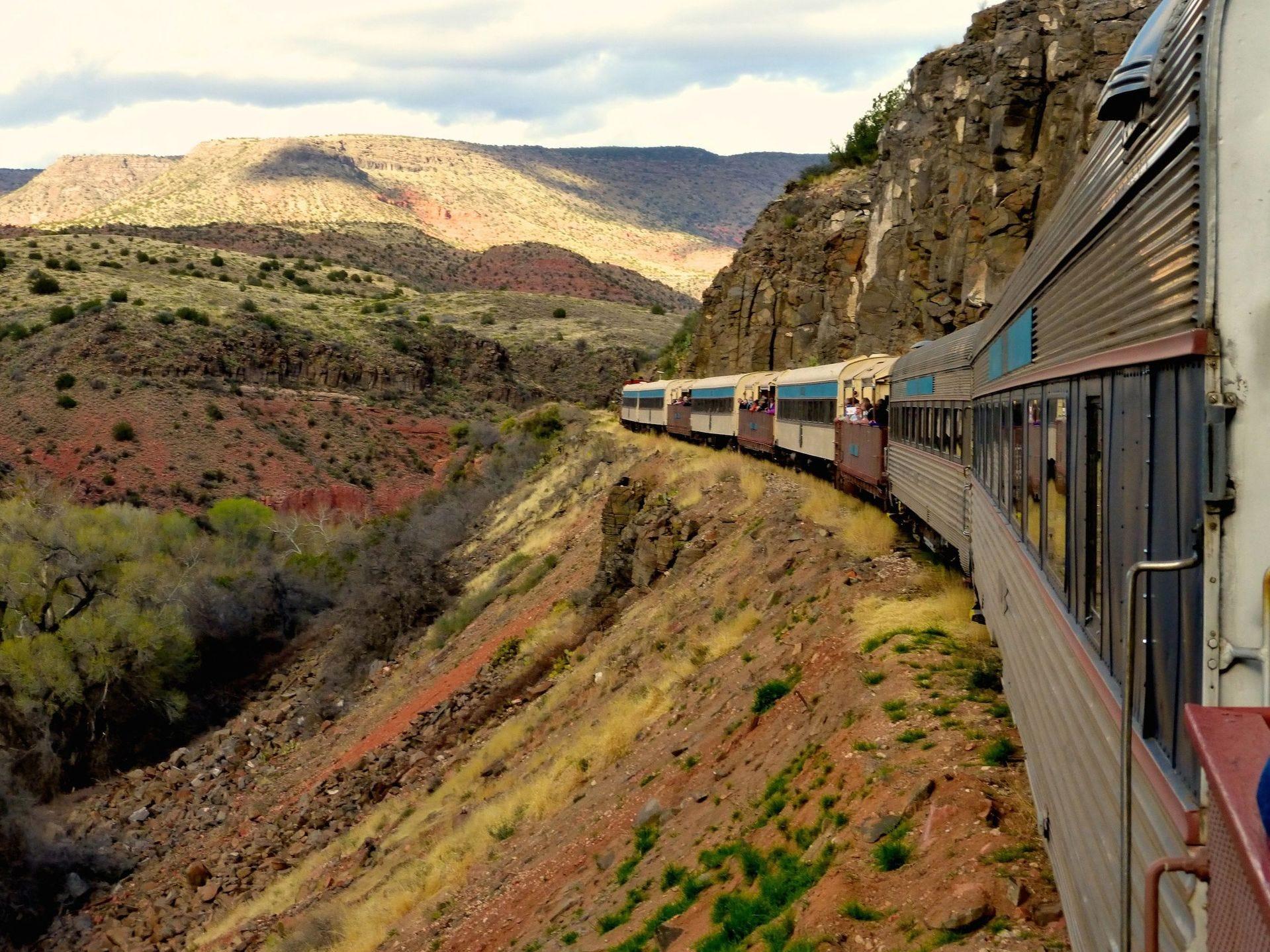 Verde Canyon Railroad atraviesa un exuberante corredor fluvial en un desfiladero de paredes altas en su viaje de cuatro horas.