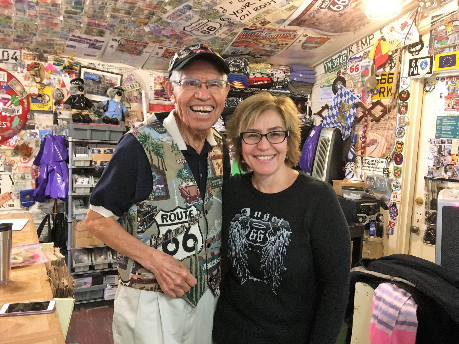 Angel Delgadillo y su hija Clarissa Delgadillo dentro de la tienda de regalos Route 66 en Seligman.