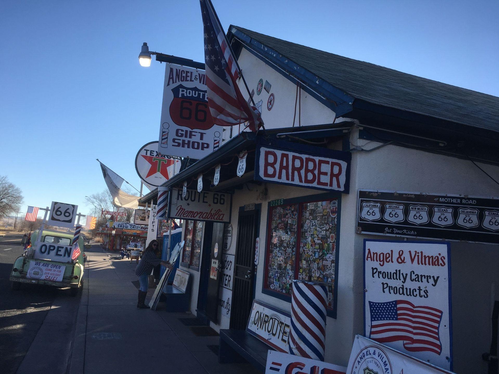Angel Delgadillo comenzó a vender recuerdos de la Ruta 66 con la esperanza de generar interés en la carretera abandonada. Su tienda de regalos ahora es una de las paradas más populares de Seligman.