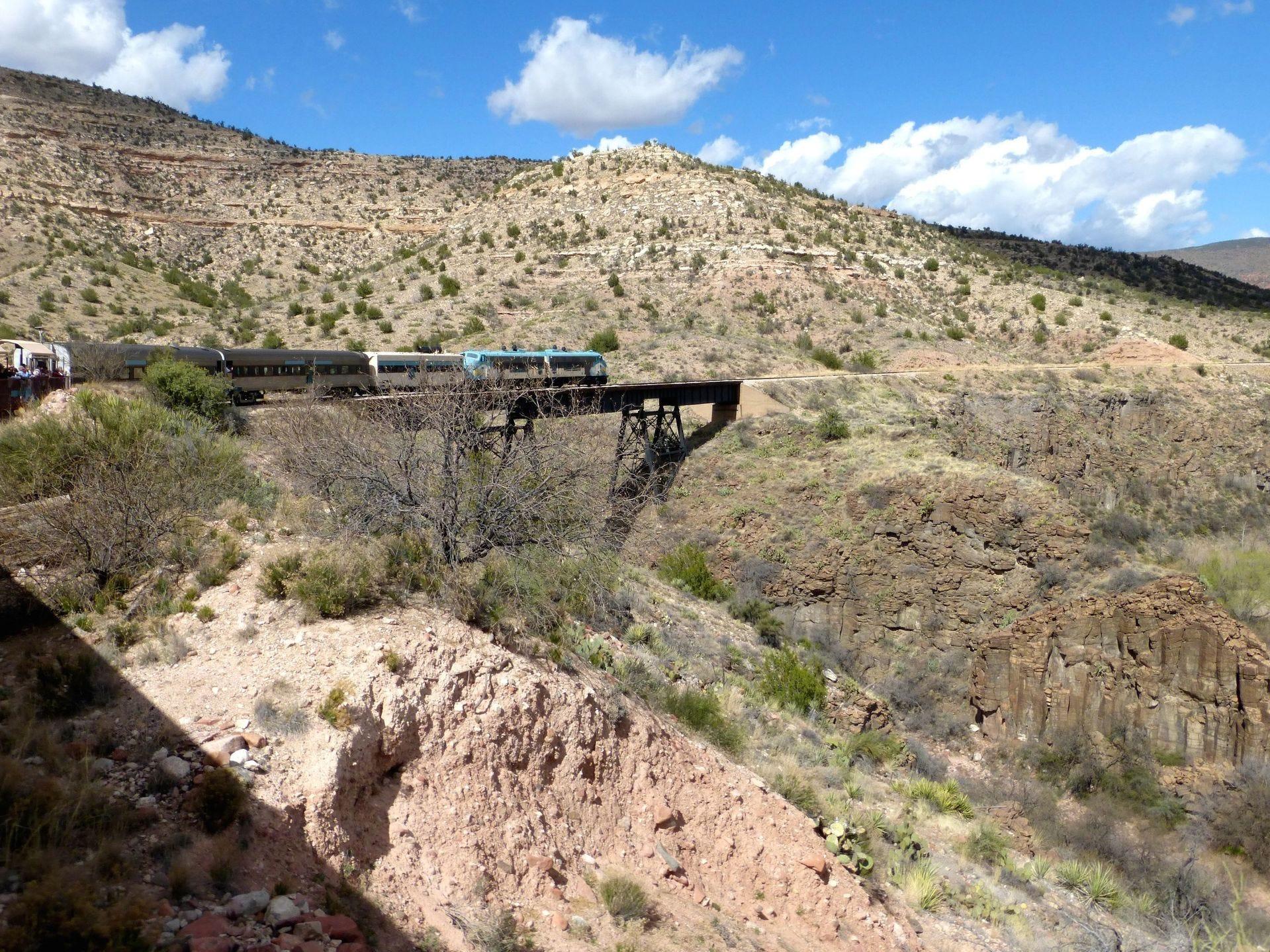 Partiendo de Clarkdale, Verde Canyon Railroad viaja a lo largo de una sección de vía de ancho estándar establecida originalmente en 1911 para apoyar la actividad minera de Jerome.