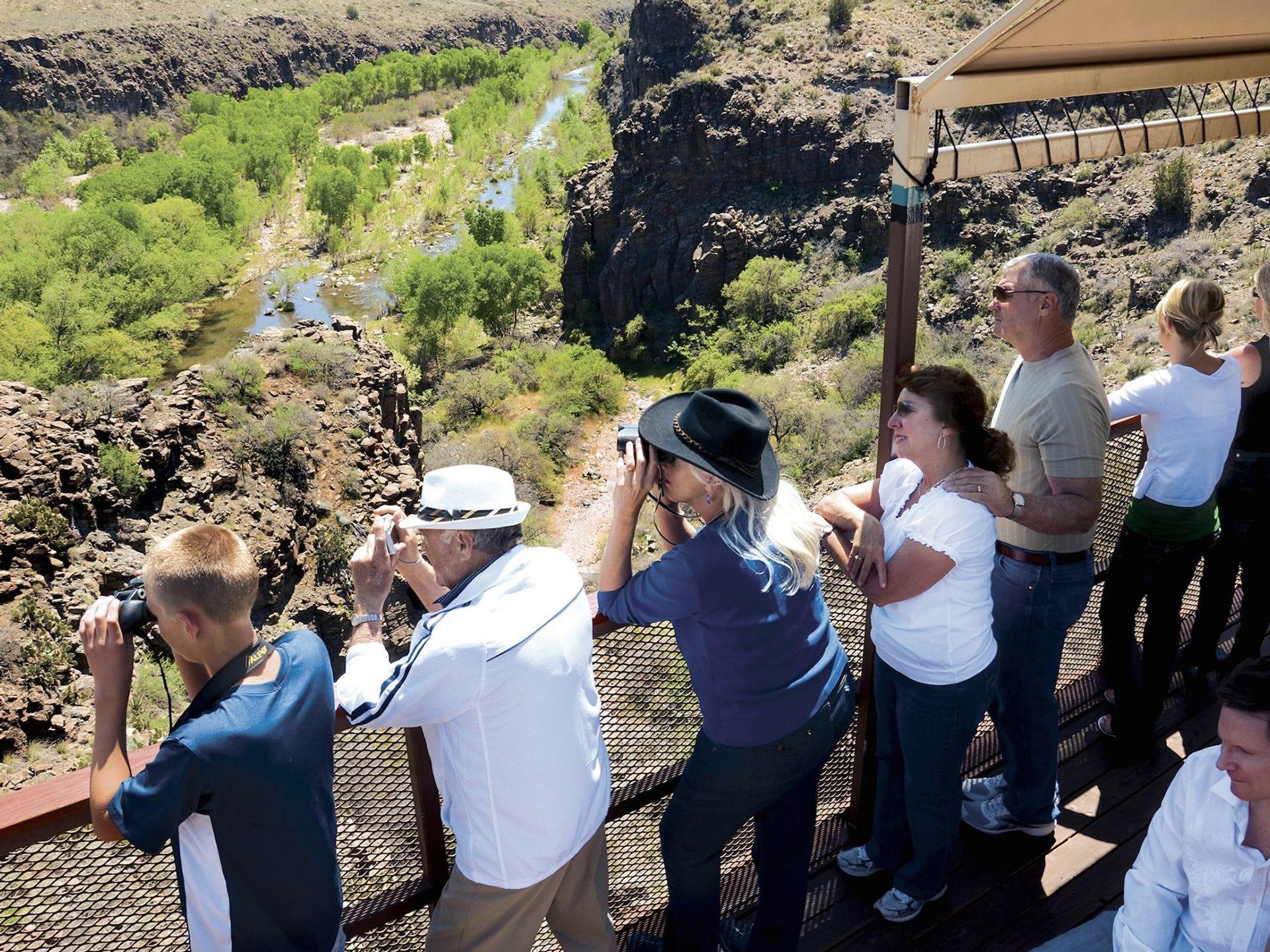 Todos los vagones en el ferrocarril de Verde Canyon brindan acceso a plataformas de observación al aire libre que son imposibles de resistir, especialmente en la primavera.