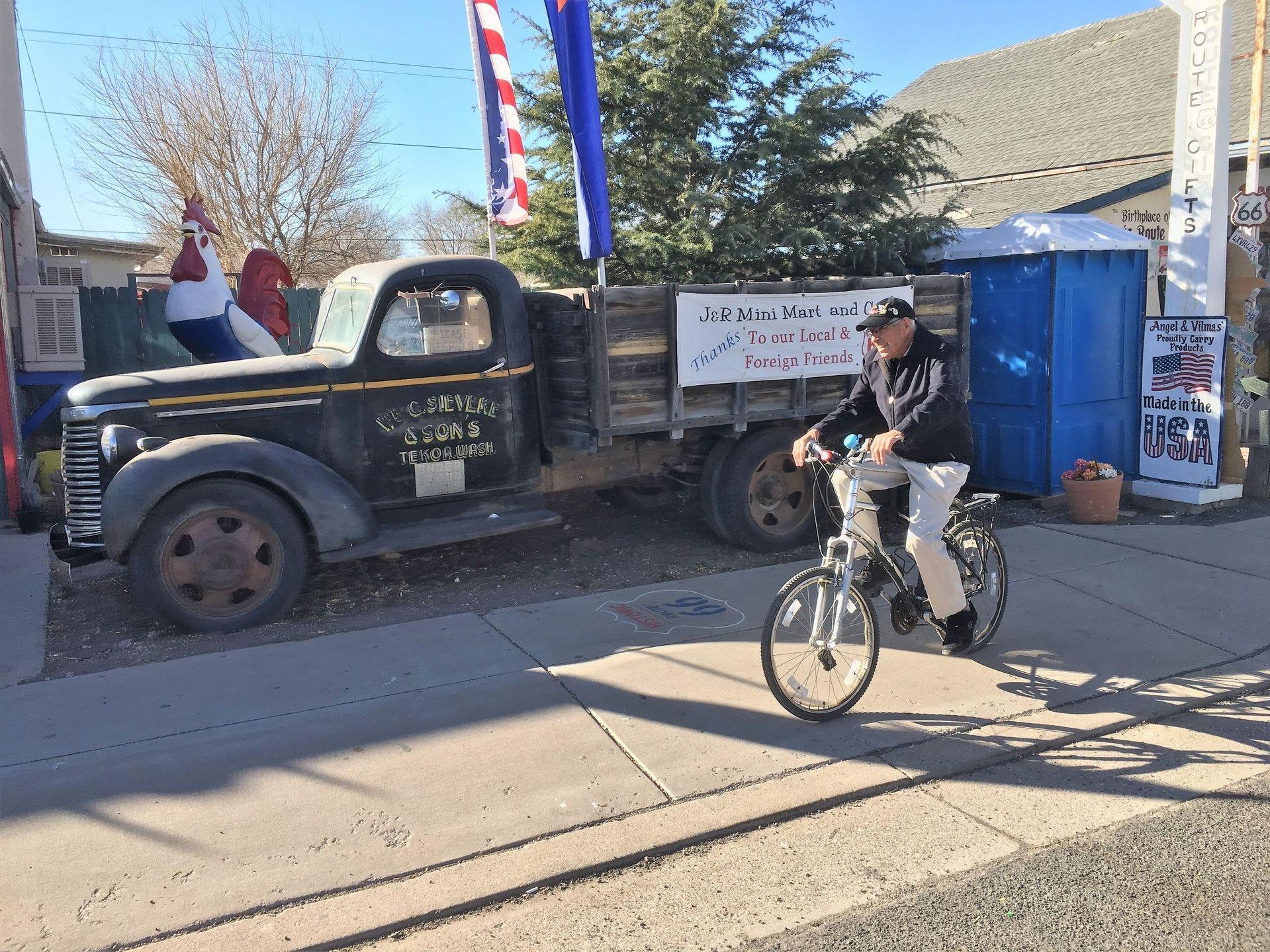 Angel Delgadillo, de 90 años, todavía usa su bicicleta como su principal medio de transporte en Seligman.